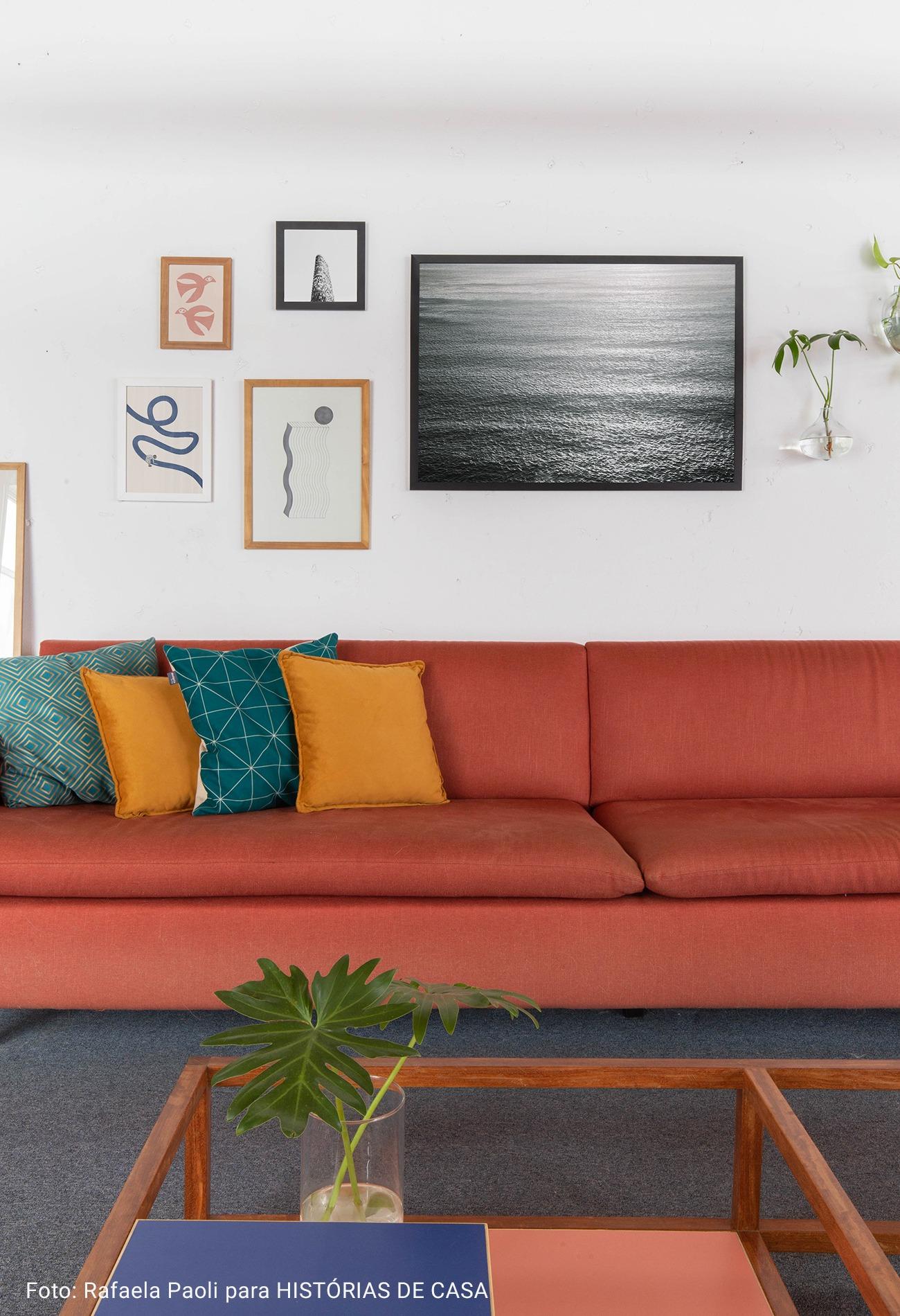 sala com sofá terracota