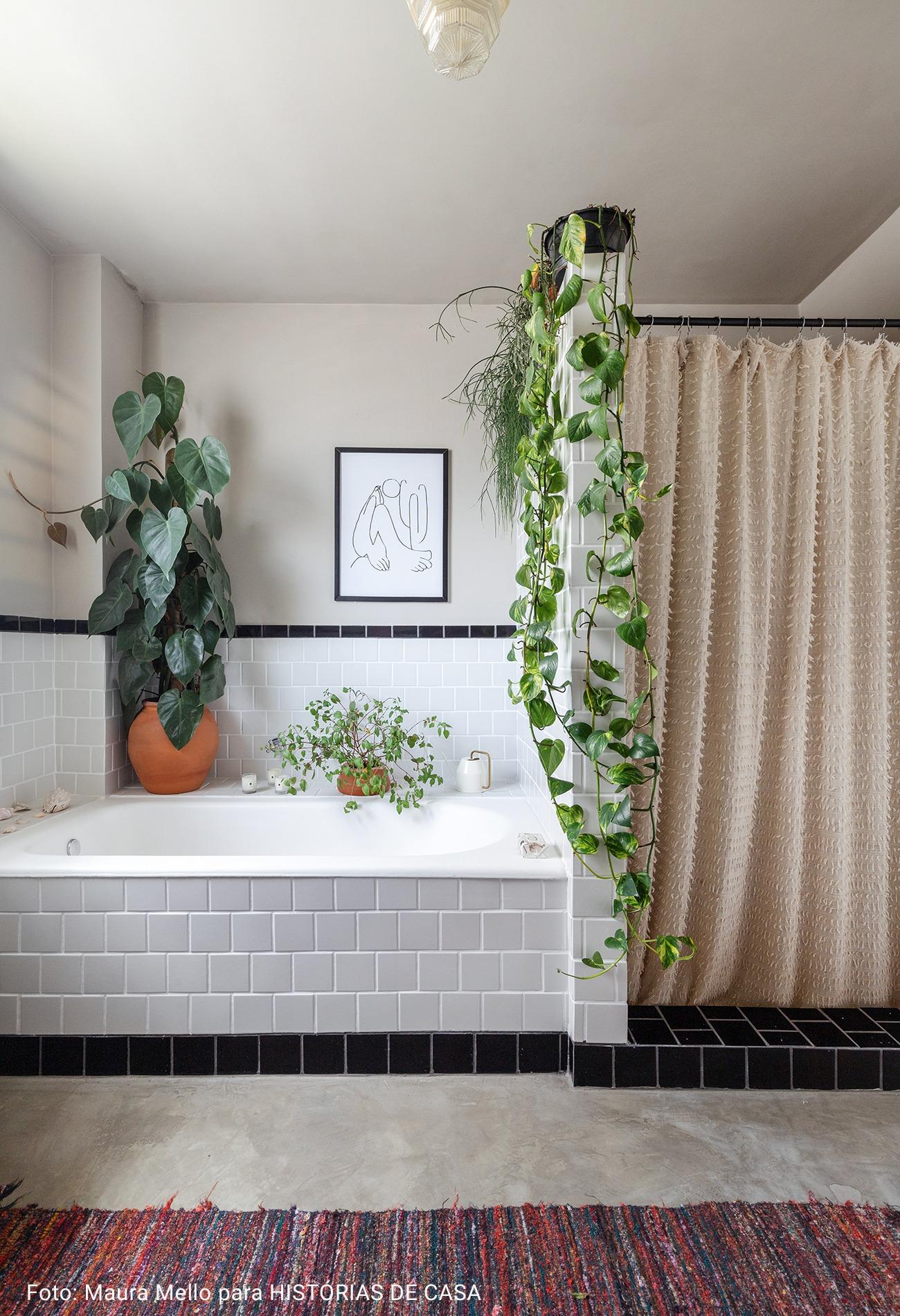 banheiro com cortina felpuda