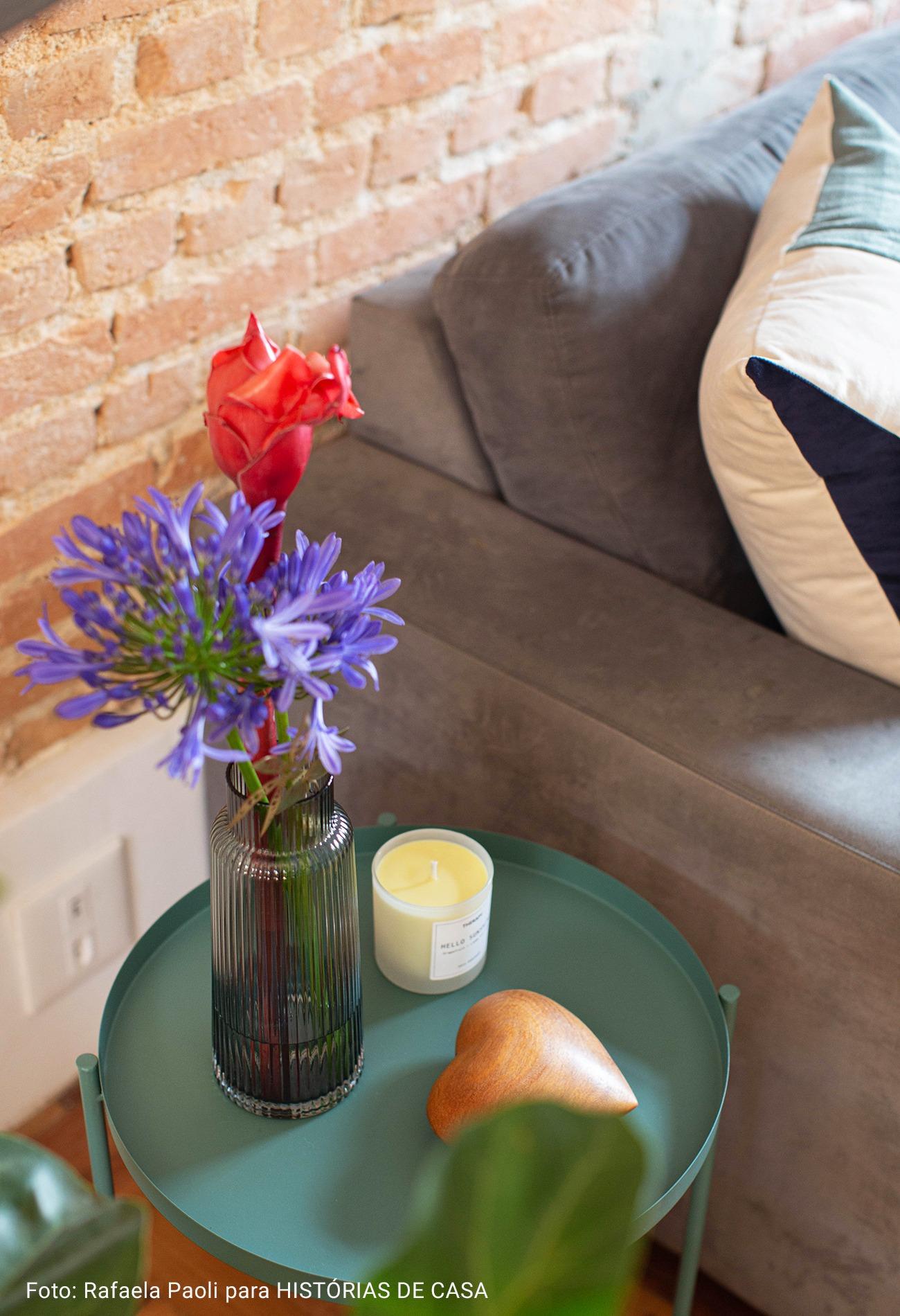detalhe vaso de flores com vela