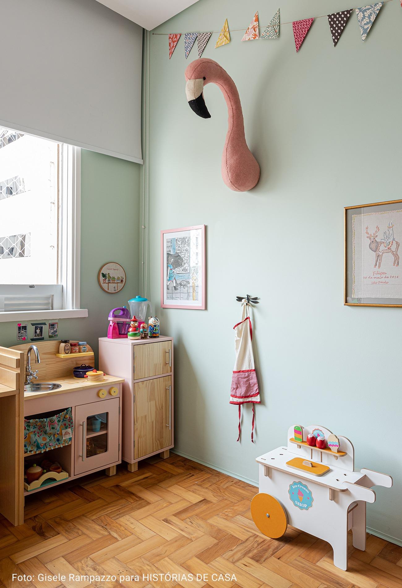 Quarto de criança com parede verde menta e cozinha de madeira