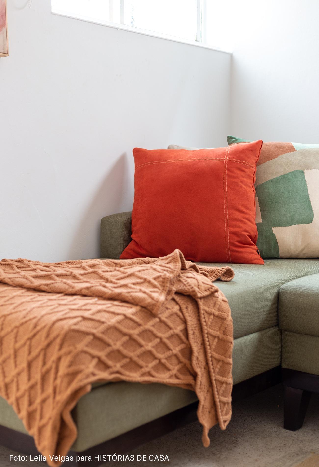 sala com manta de trico