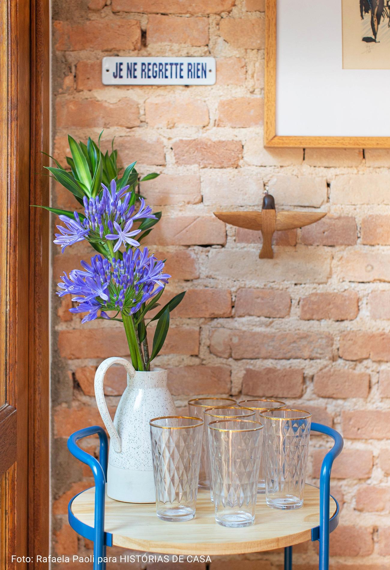 detalhe mesa de apoio com copos de vidro