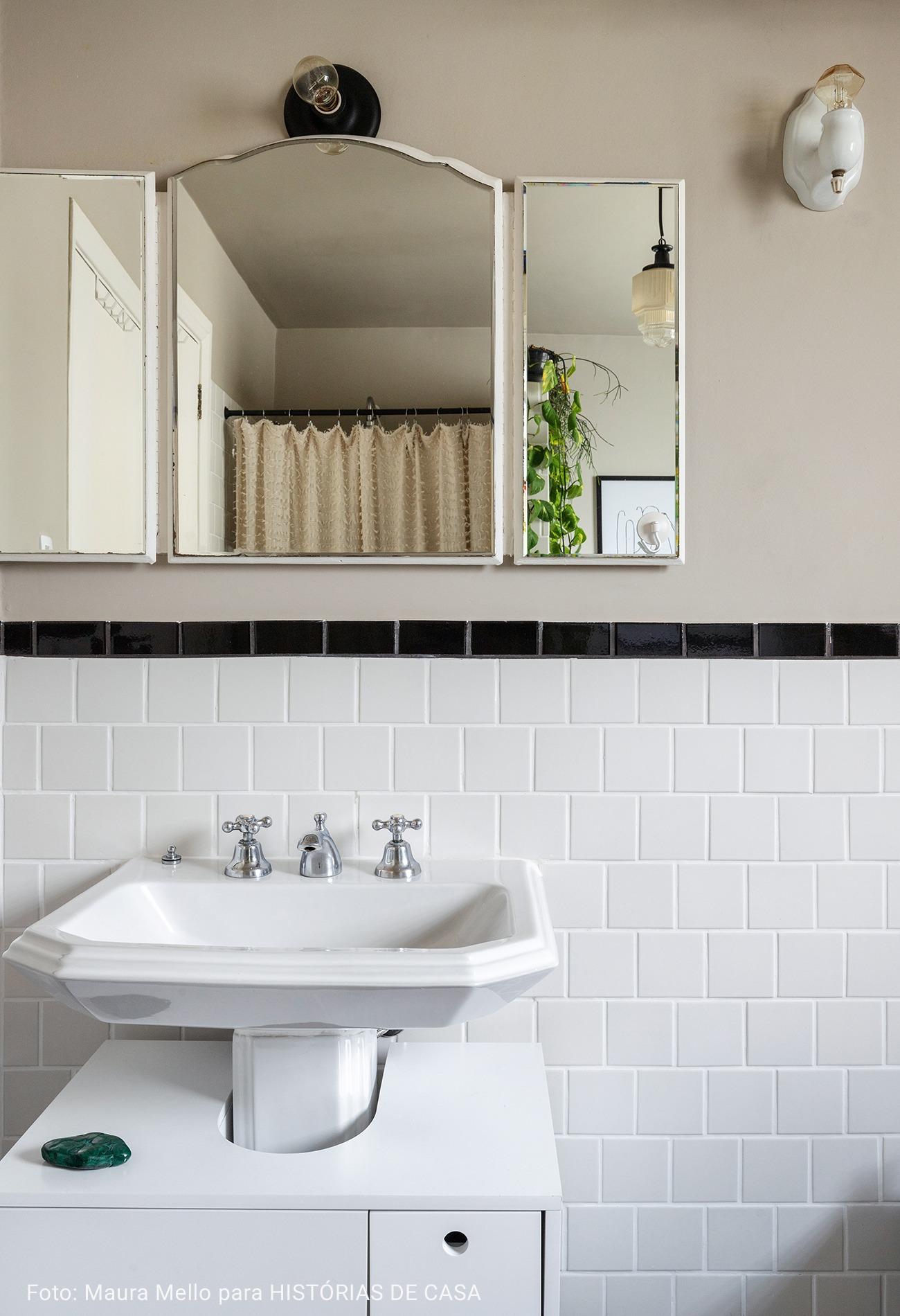 banheiro vintage com ladrilho cinza