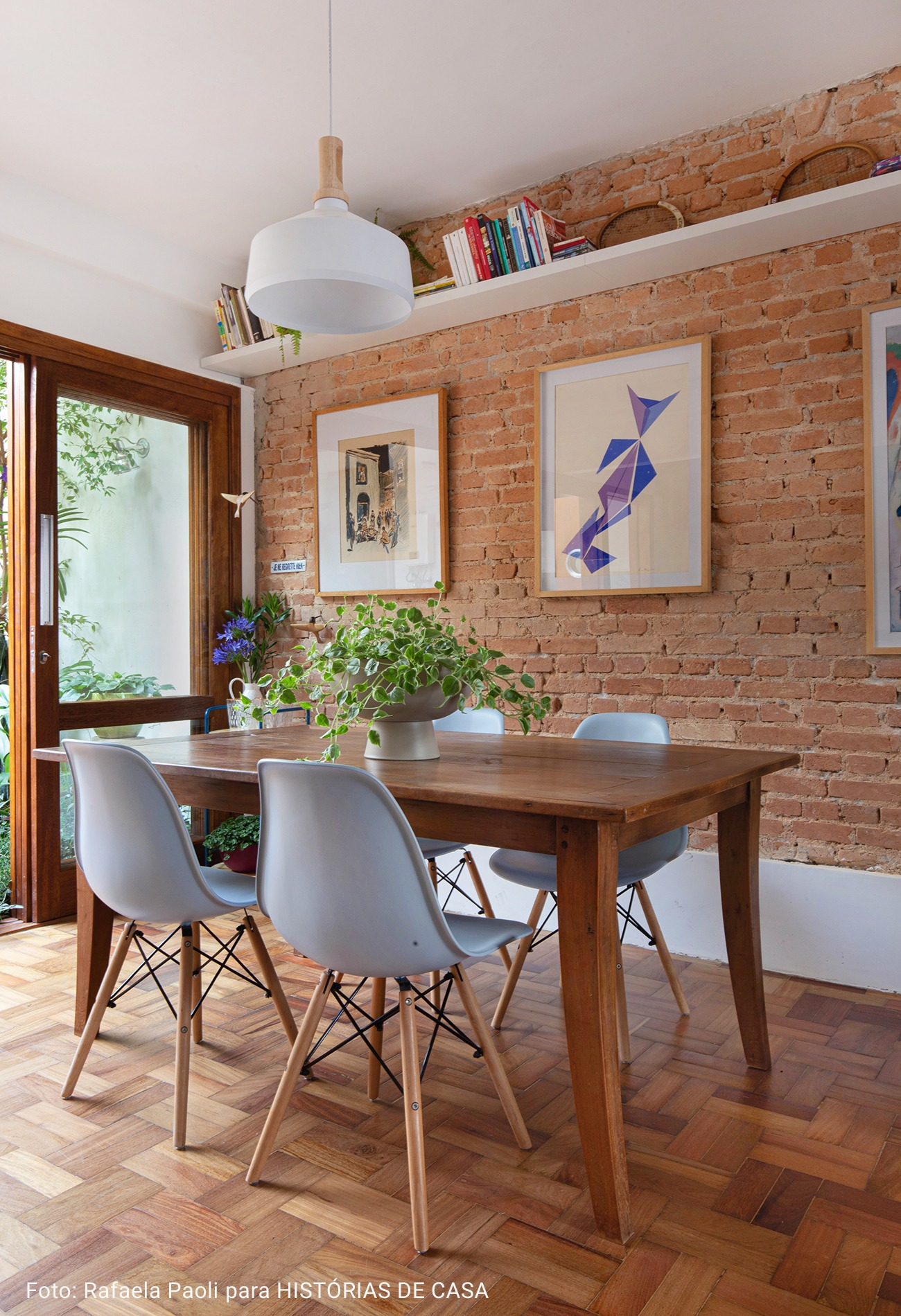 mesa de jantar com parede de tijolos