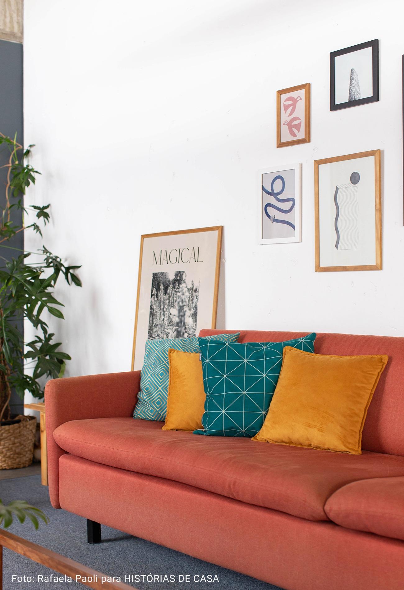sala com alofadas coloridas