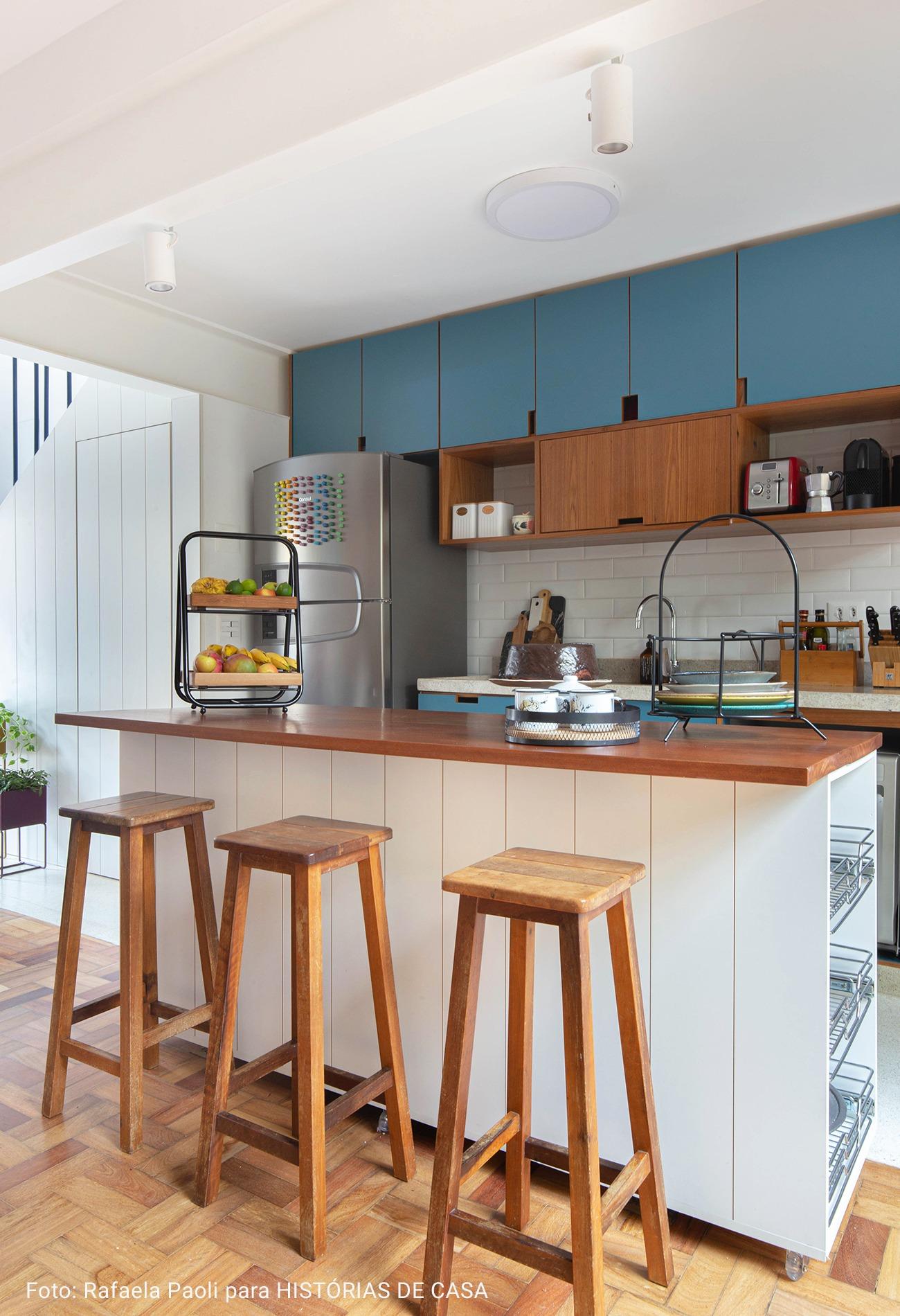 cozinha americana com bancos de madeira
