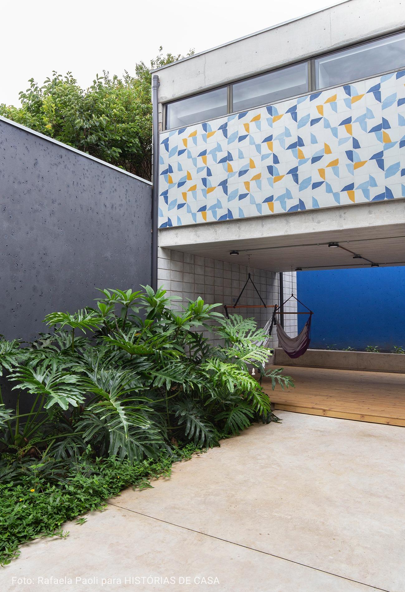 fundos de casa com parede cinza