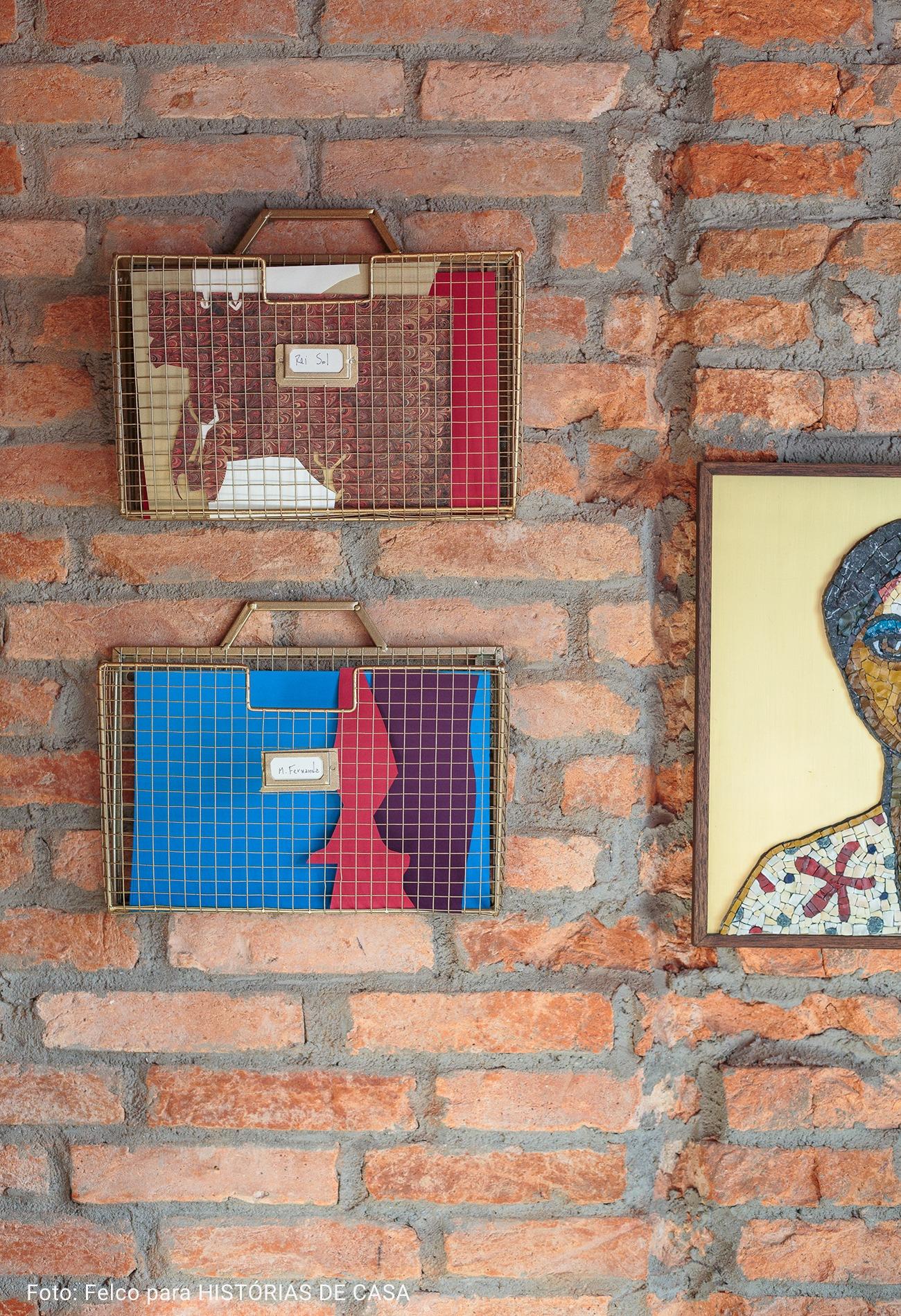 home office com parede de tijolos