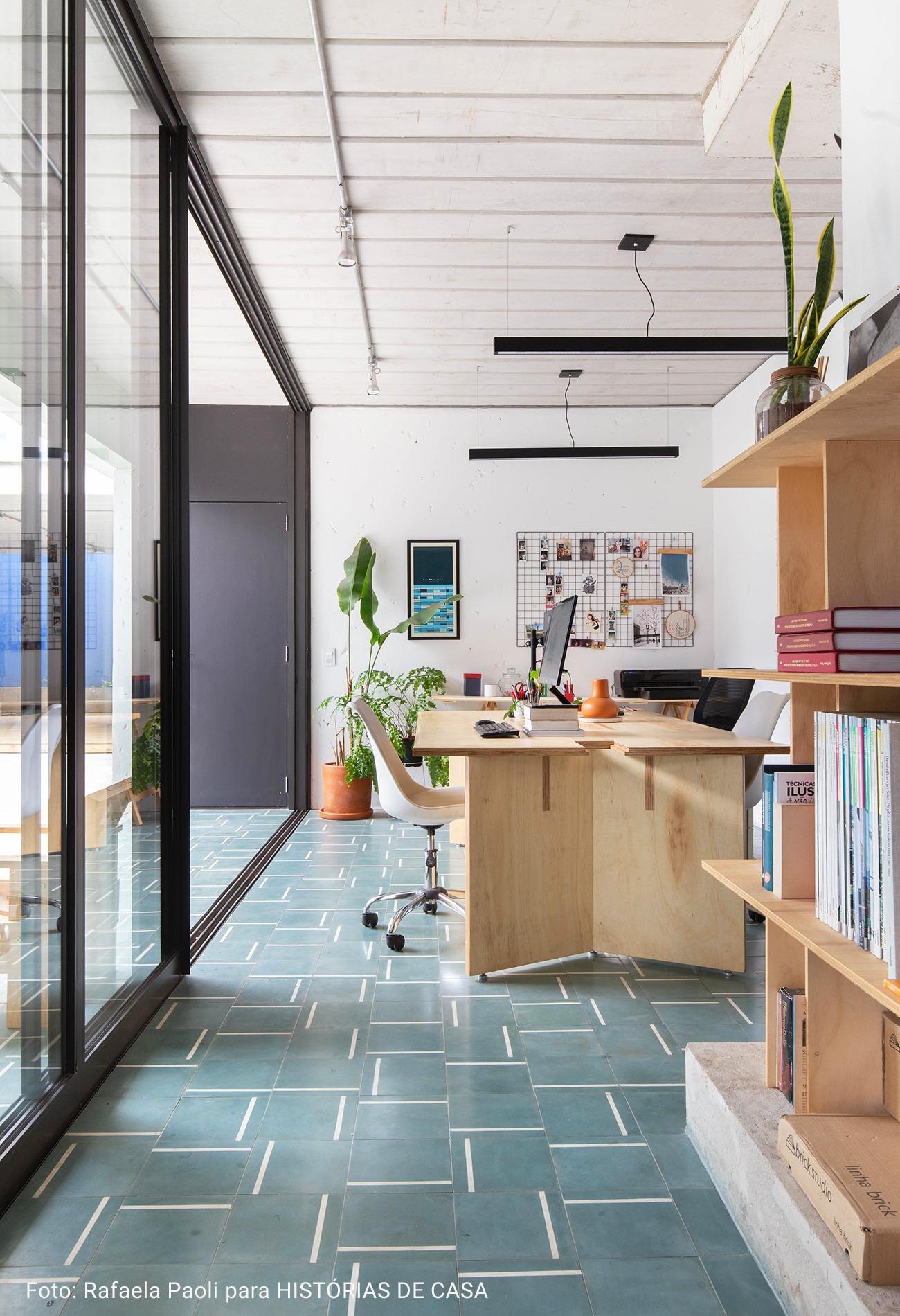 home office com piso de laudrilio hidraulico verde