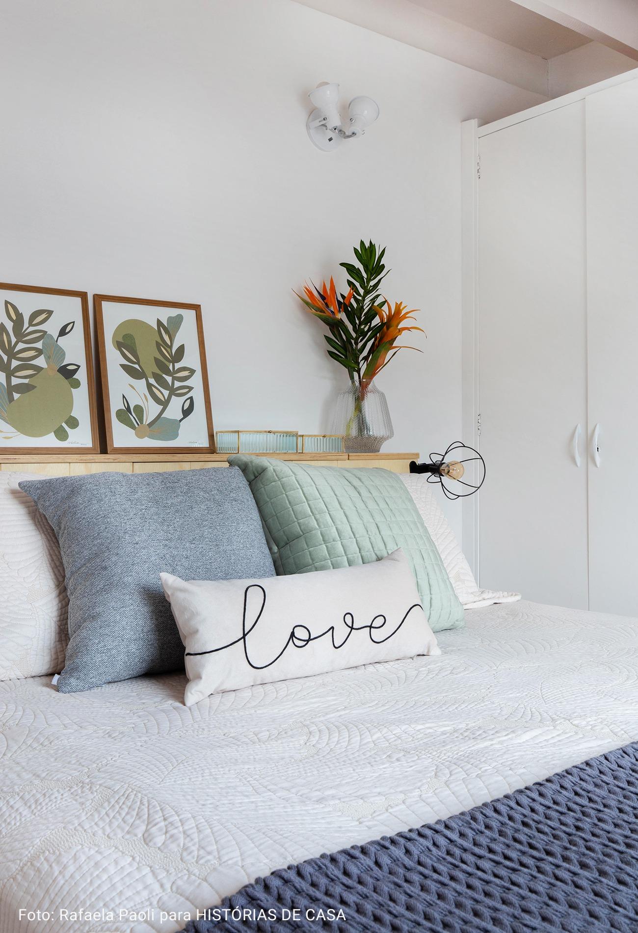 cama com almofadas coloridas