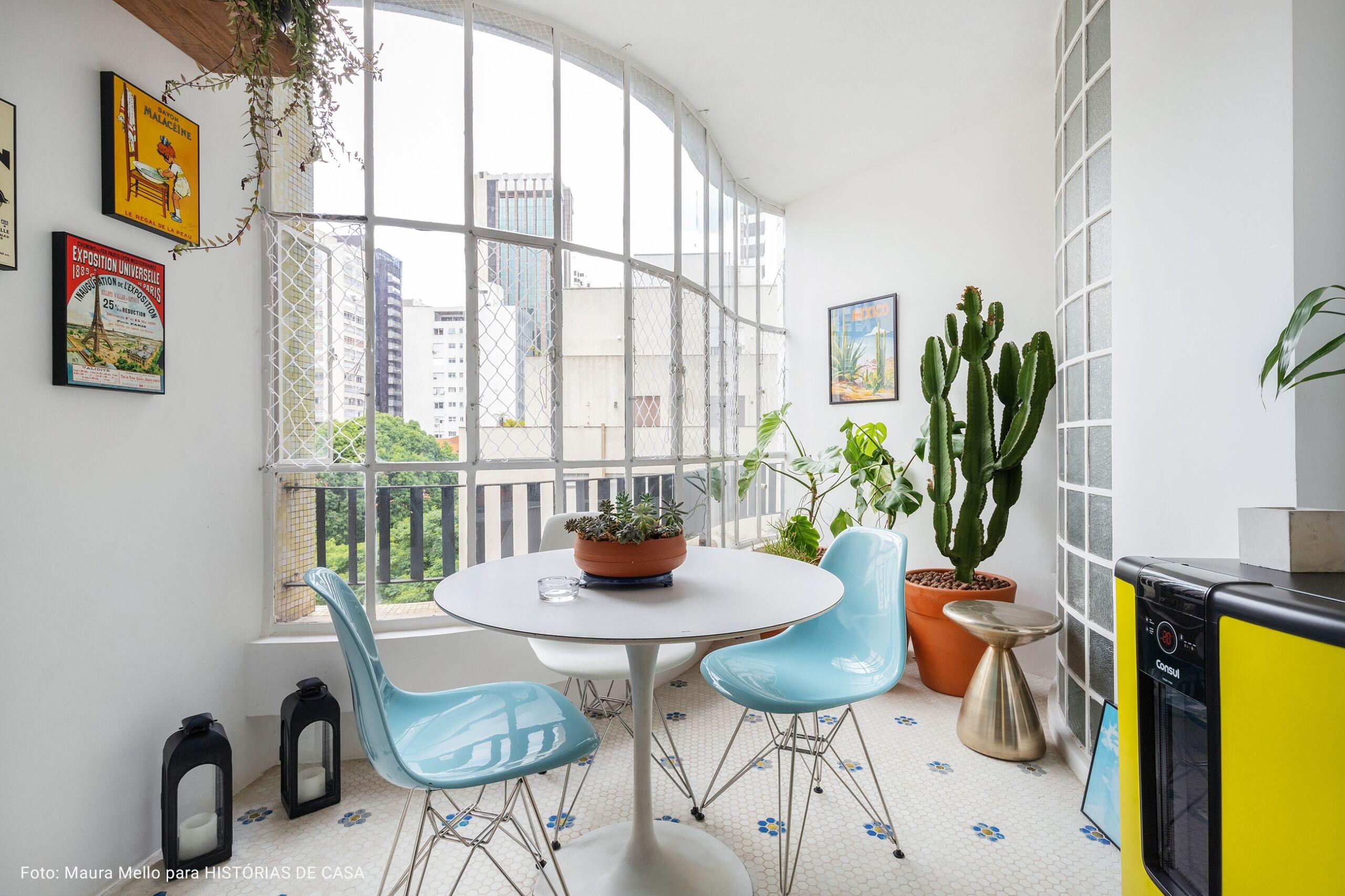 varanda com cadeiras azuis