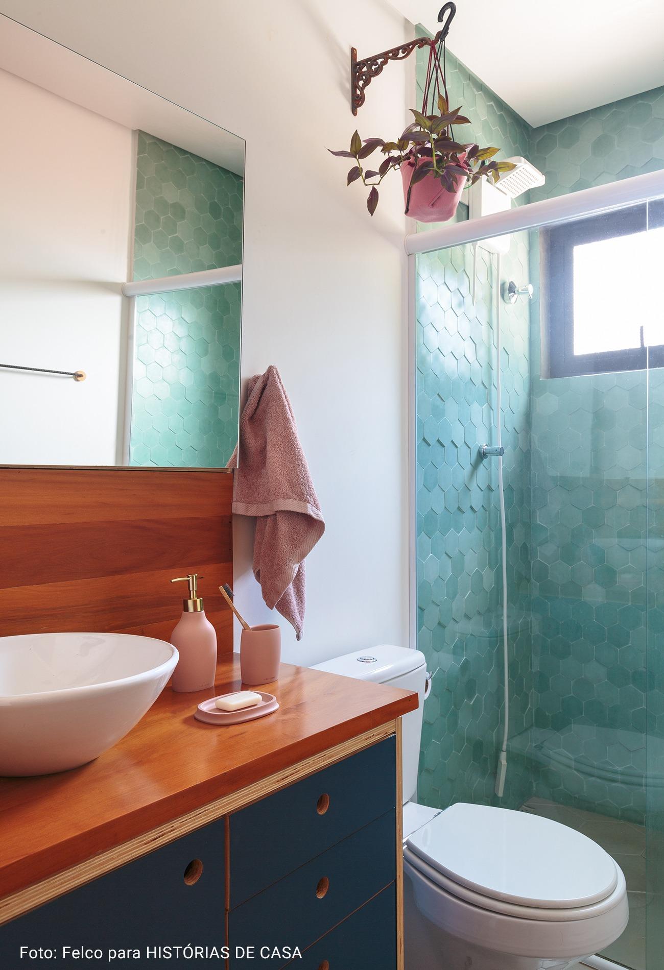 banheiro com armários azuis