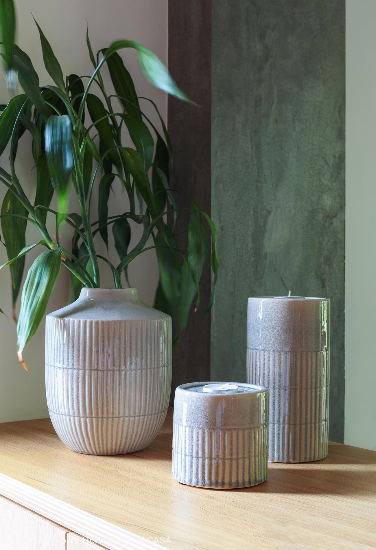 objetos de cerâmica encima de cabeceira