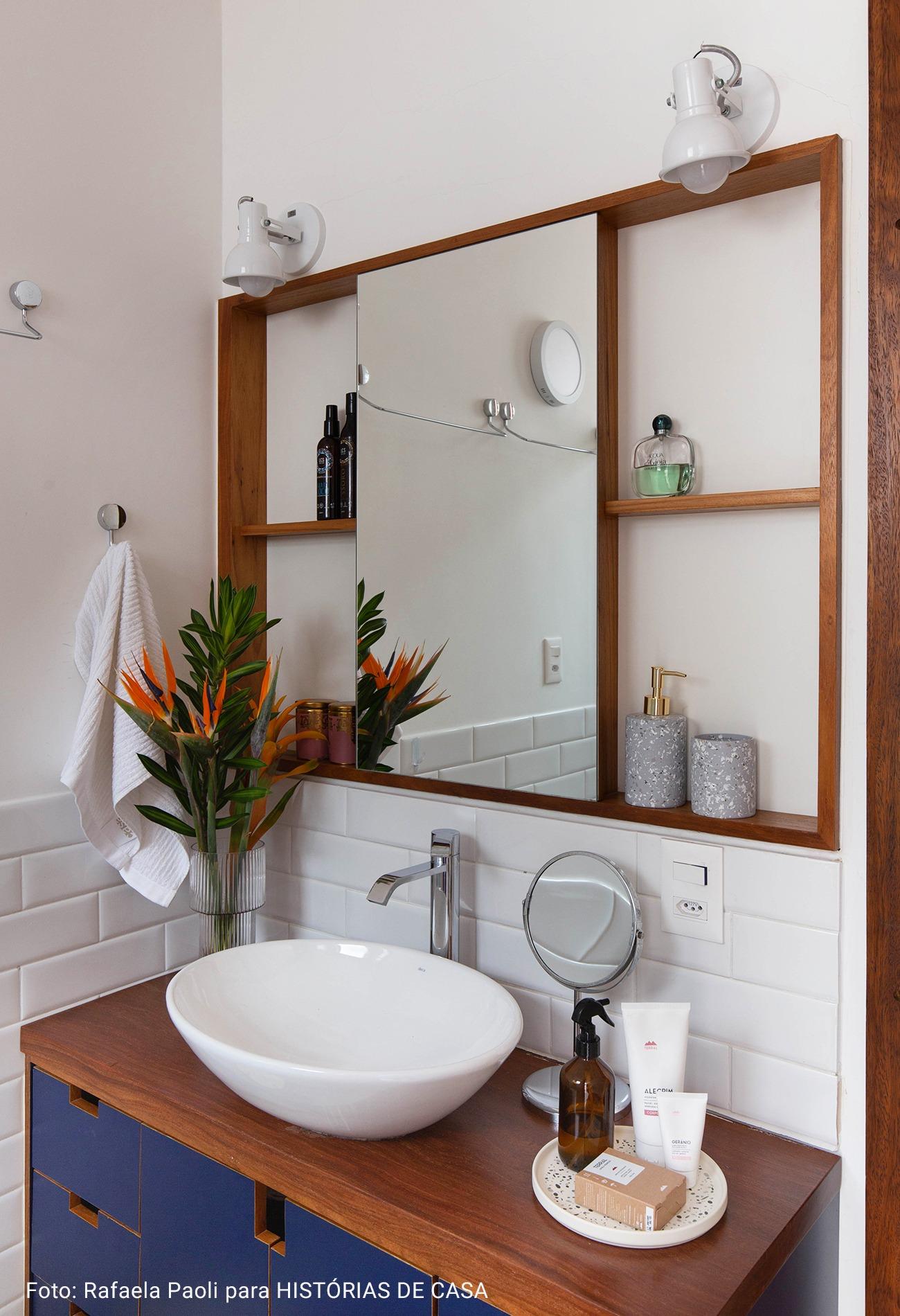 banheiro com madeira de demolição