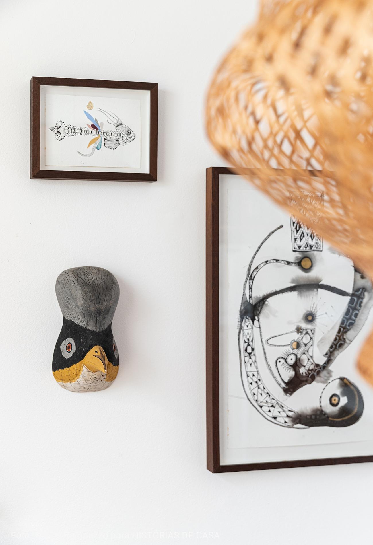 detalhe de quadros com estatua de penguim