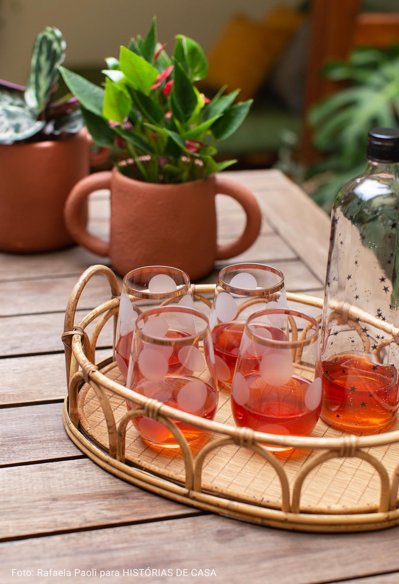 bandeja de madeira e copos