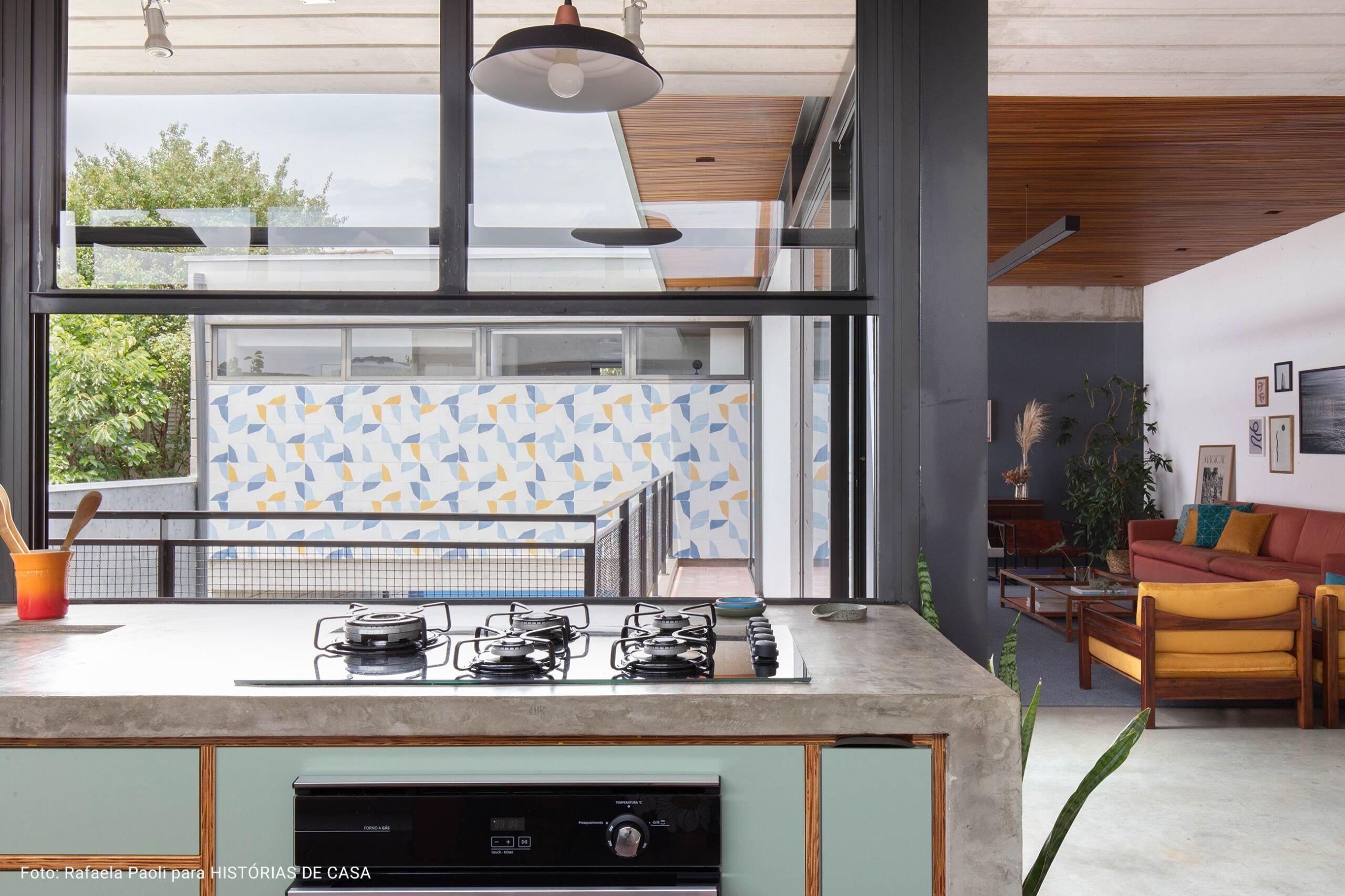 cozinha com cooktop industrial