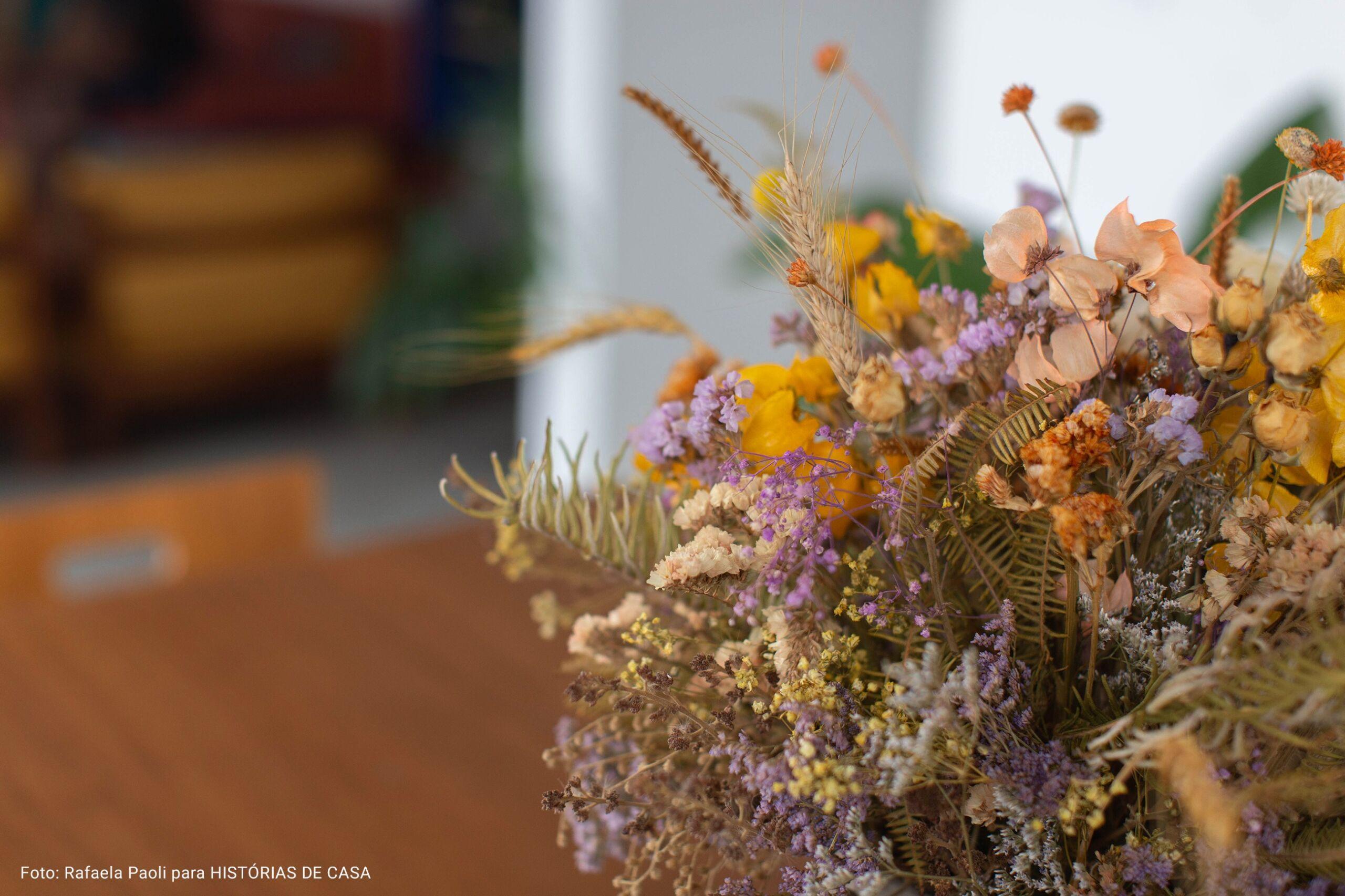 arranjo de flores encima da mesa