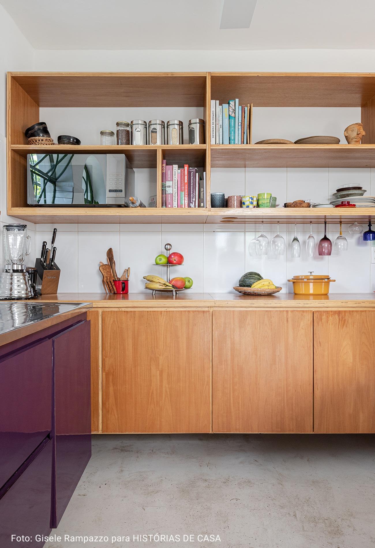 cozinha com moveis planejados de madeira