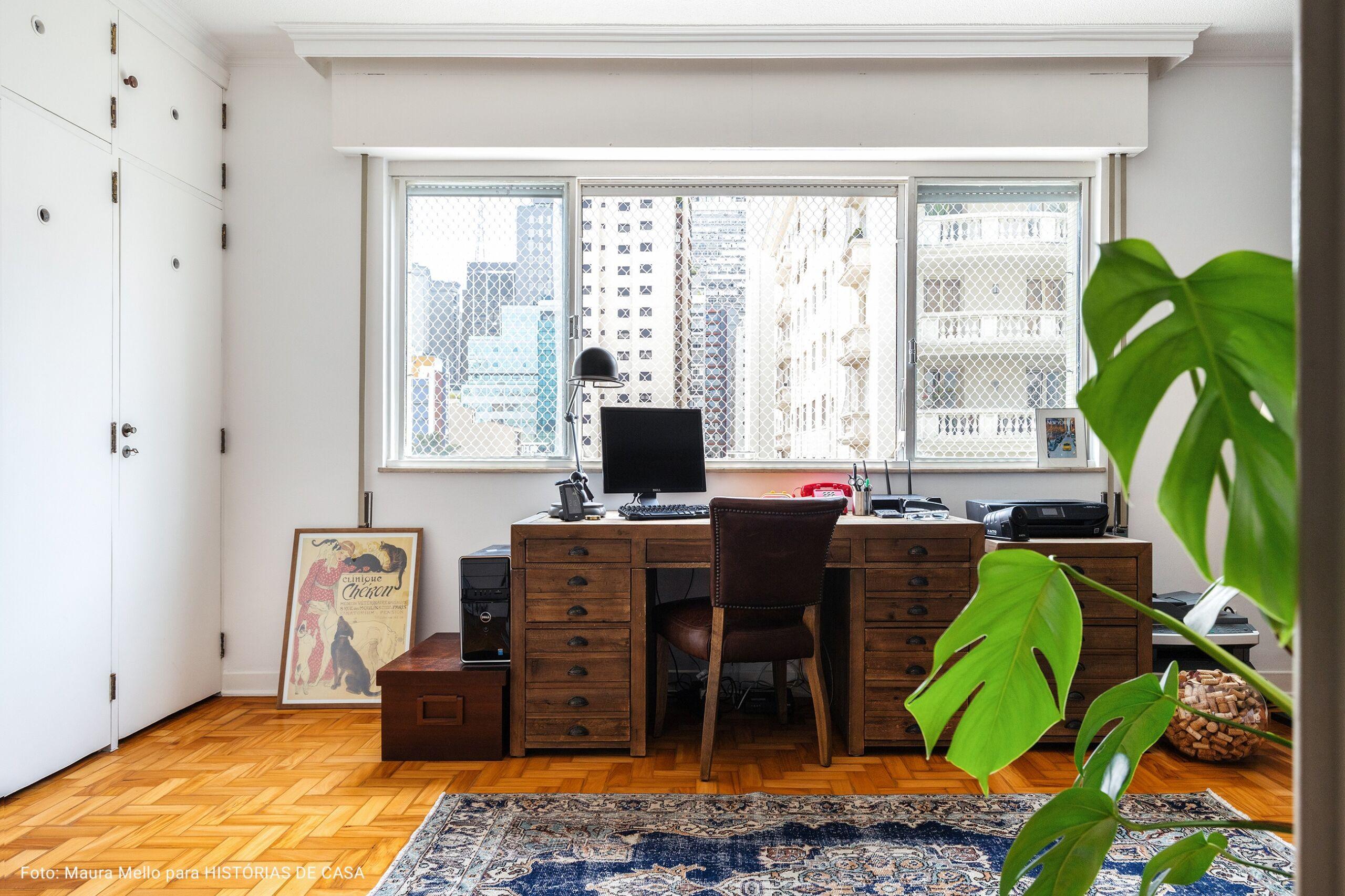 home office com com janela ampla