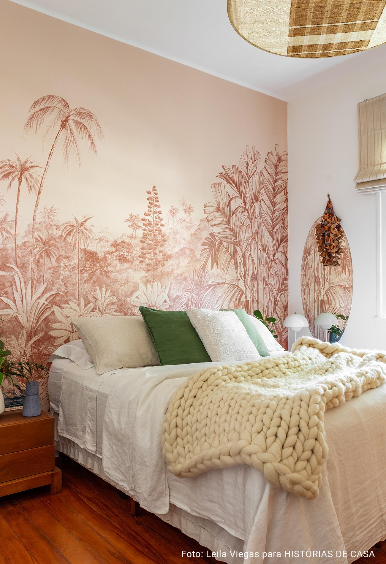 Quarto com papel de parede tropical da marca branco.