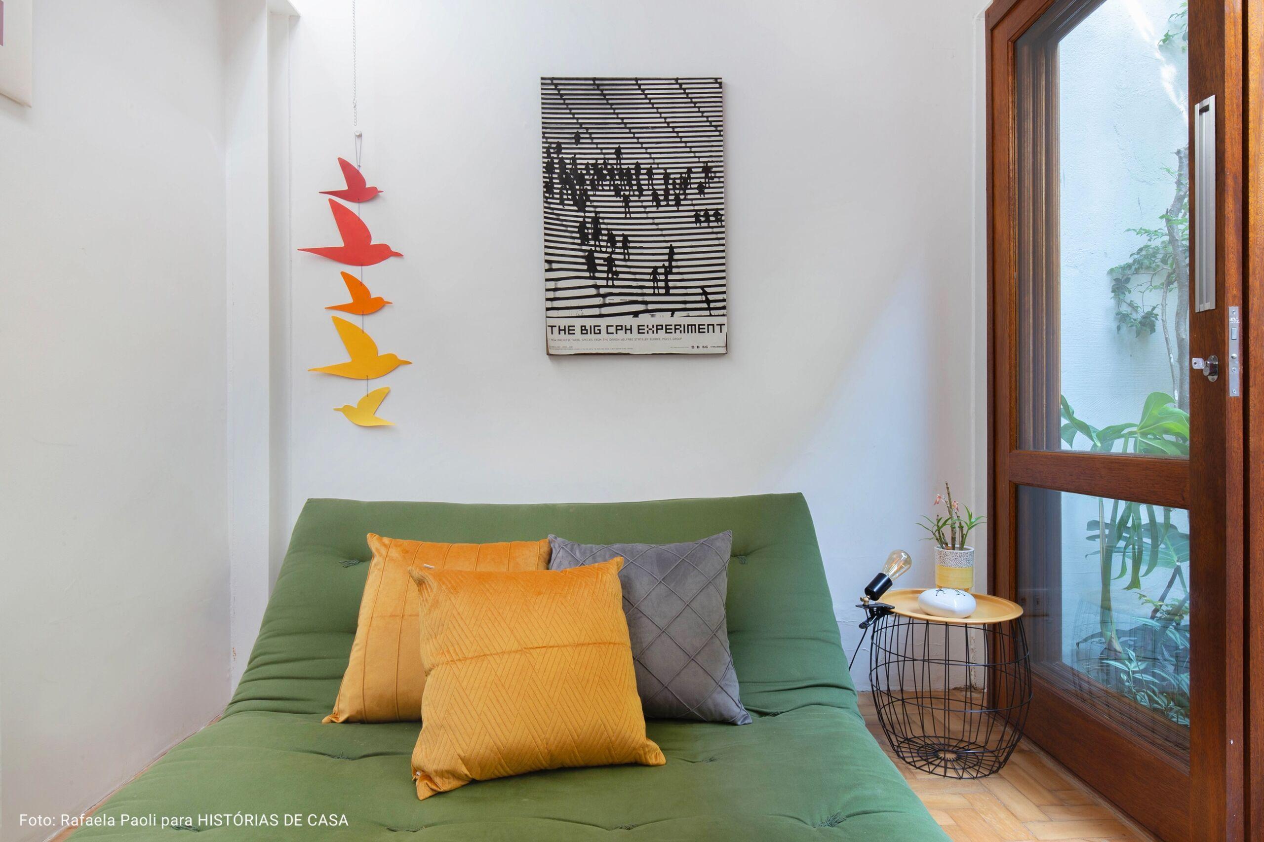 detalhe sala de televisão com escultura pássaros