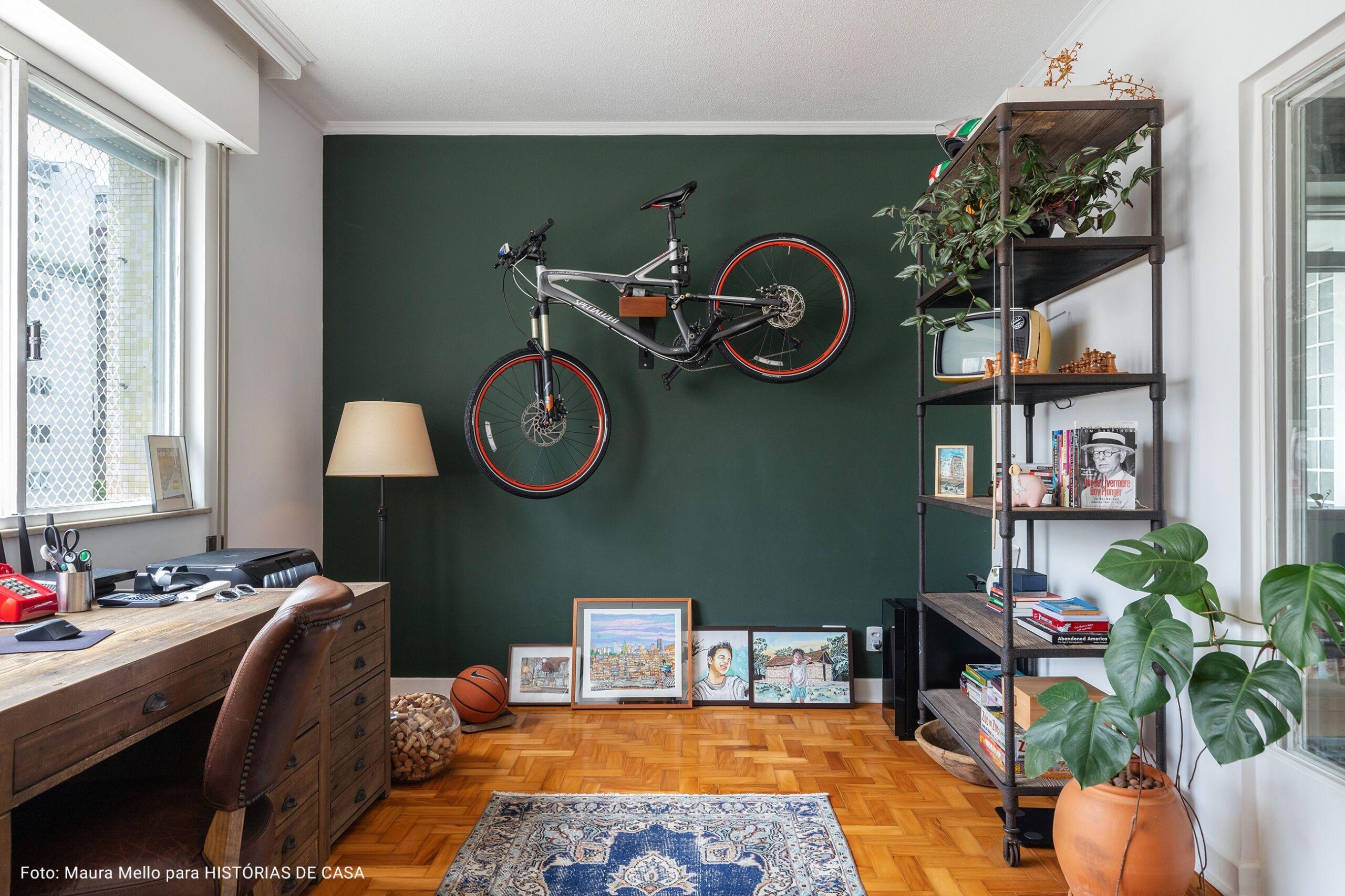 home office com parede verde musgo