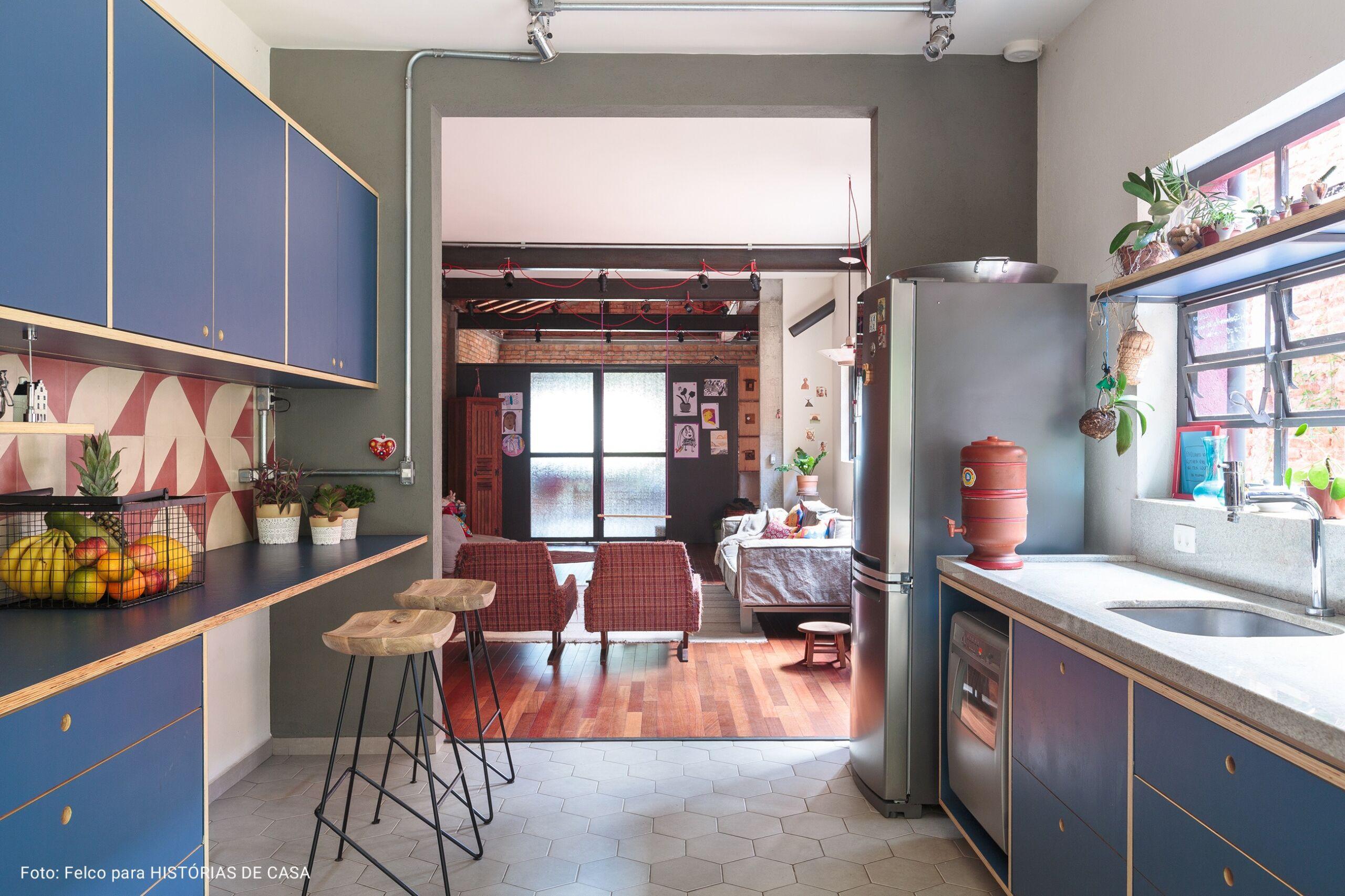 cozinha com armários azuis marinho