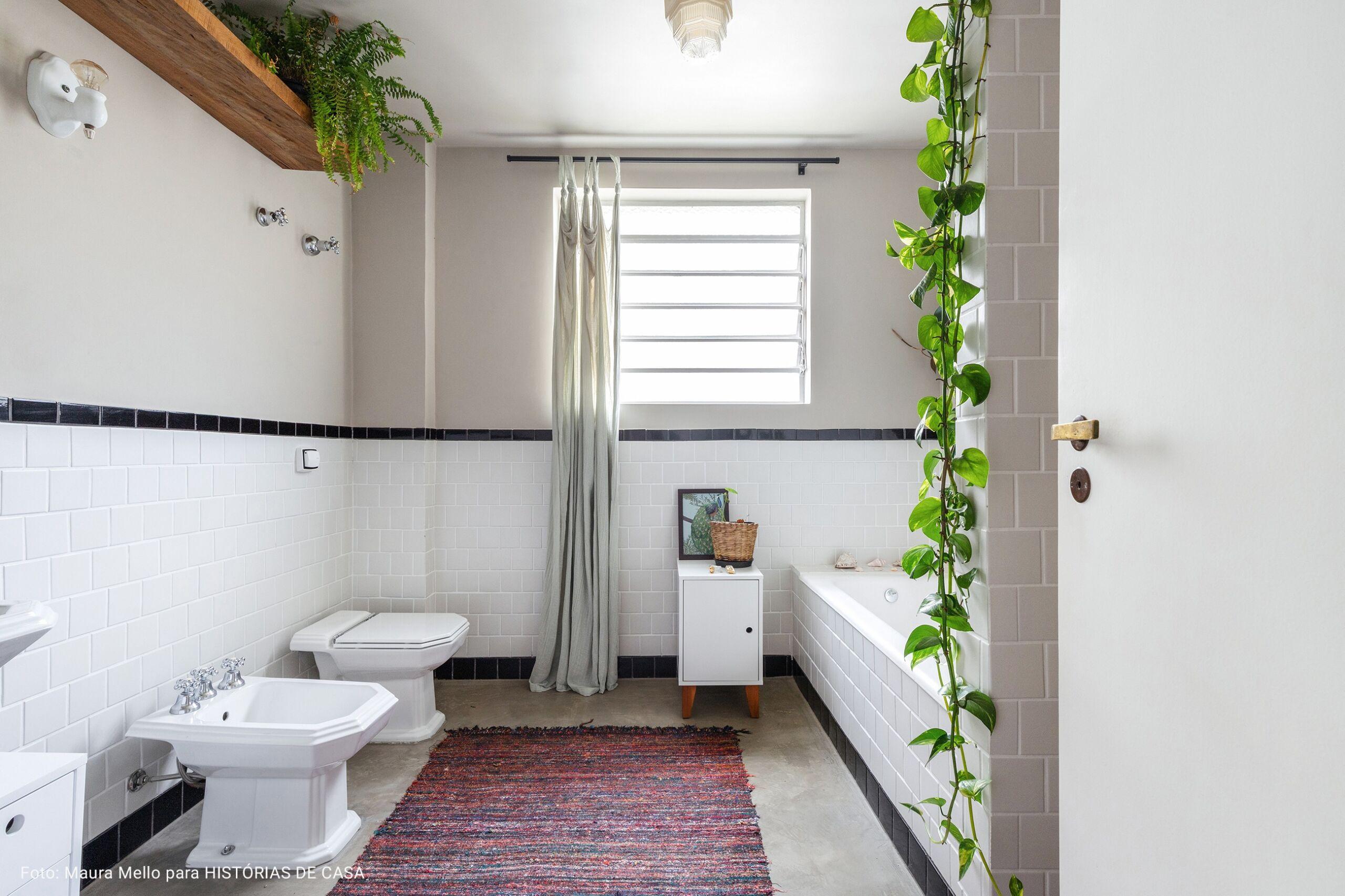 banheiro com paredes cinza