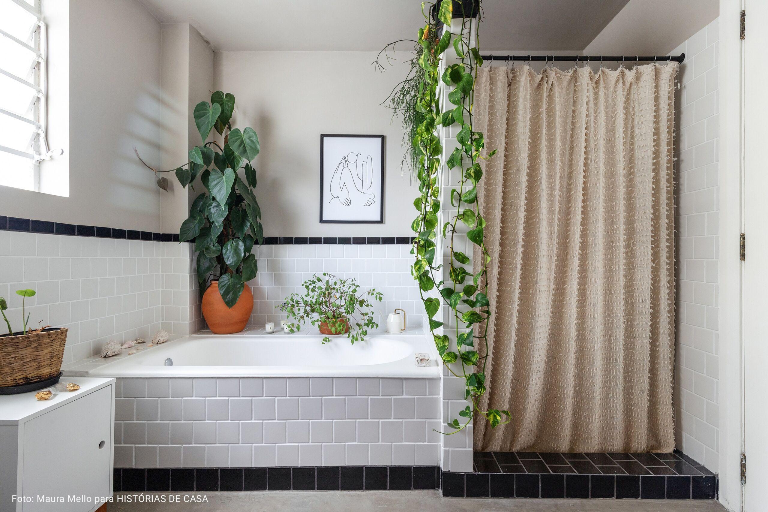 banheiro com banheira cinza