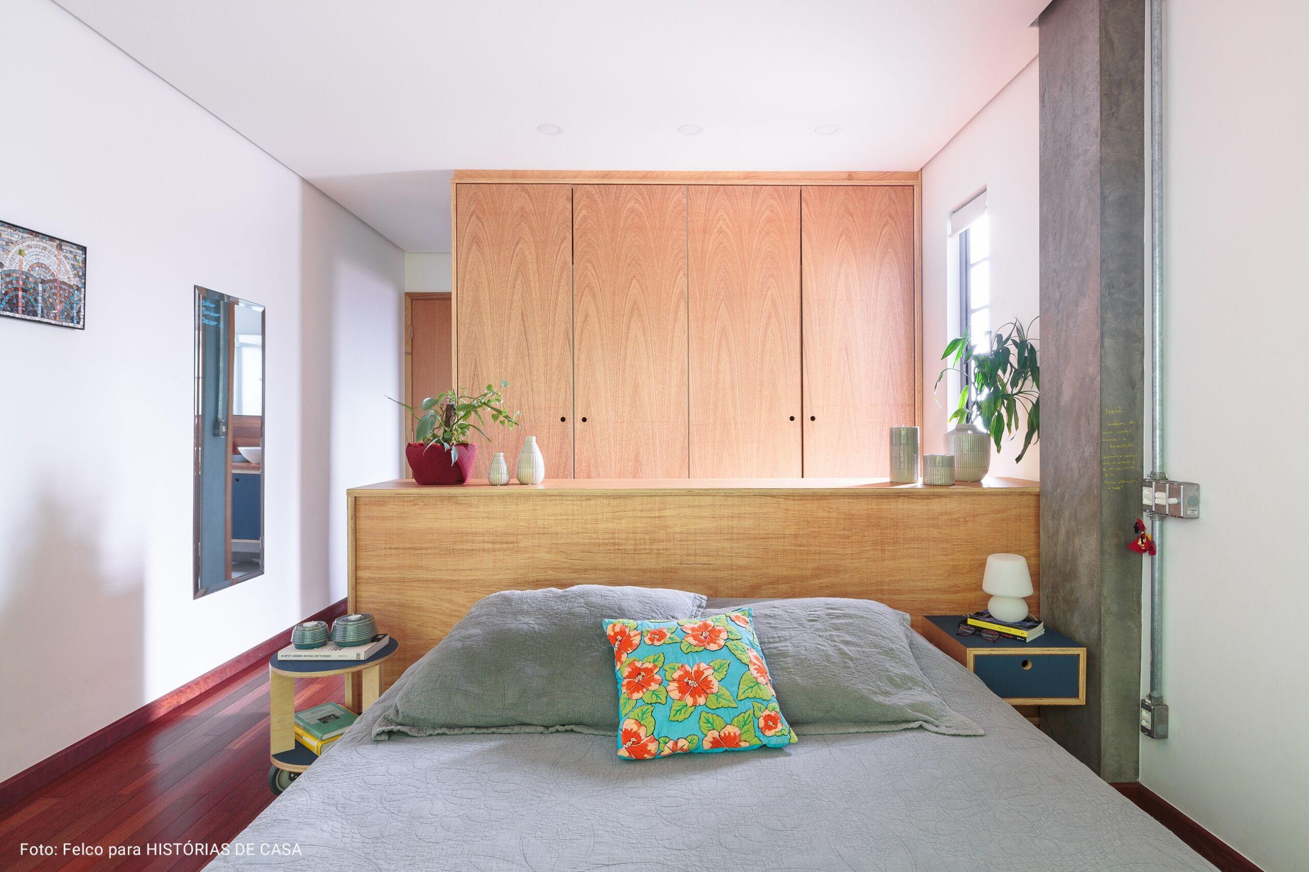 quarto com roupa de cama cinza