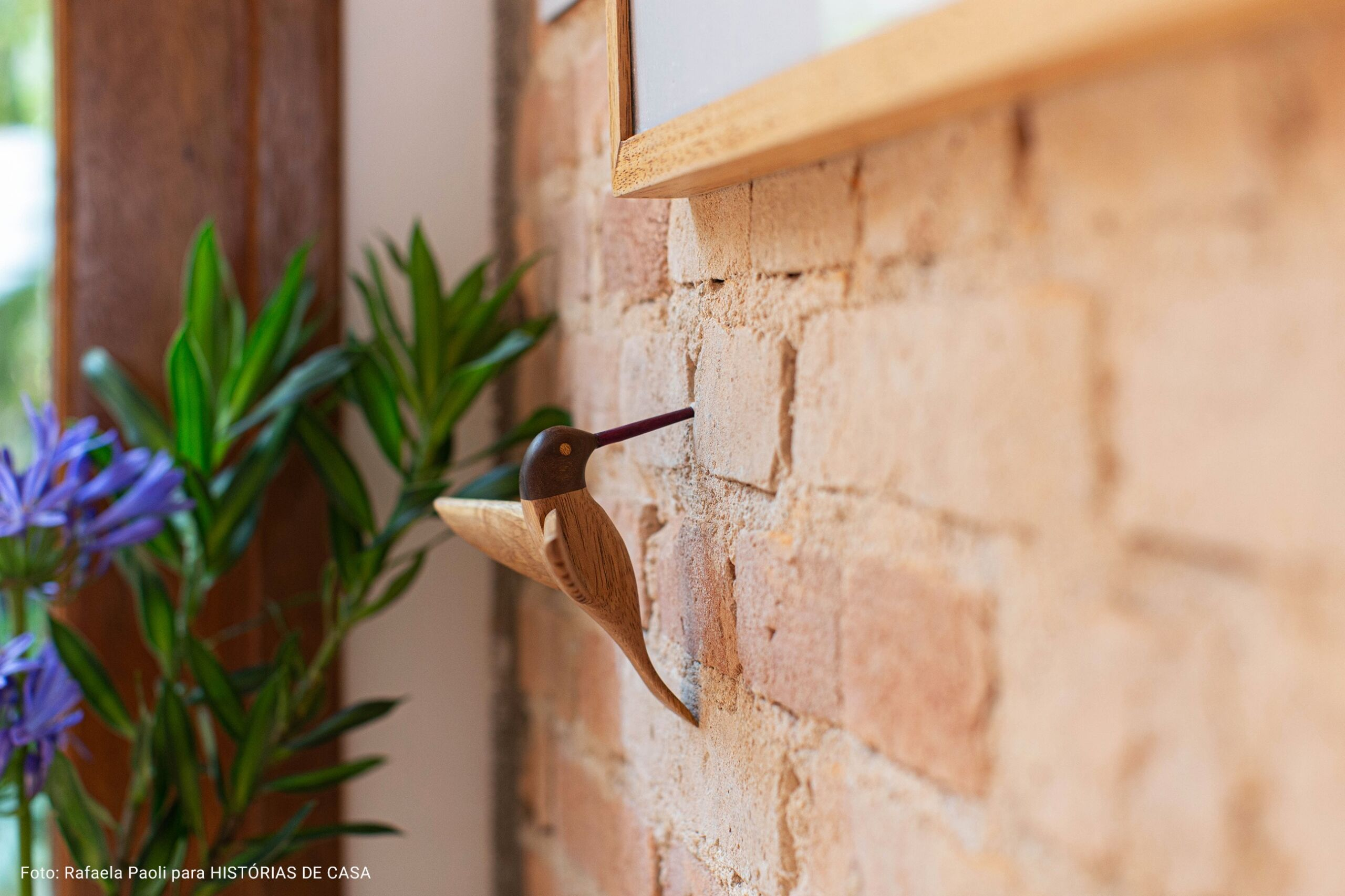 gancho de passarinho colado na parede