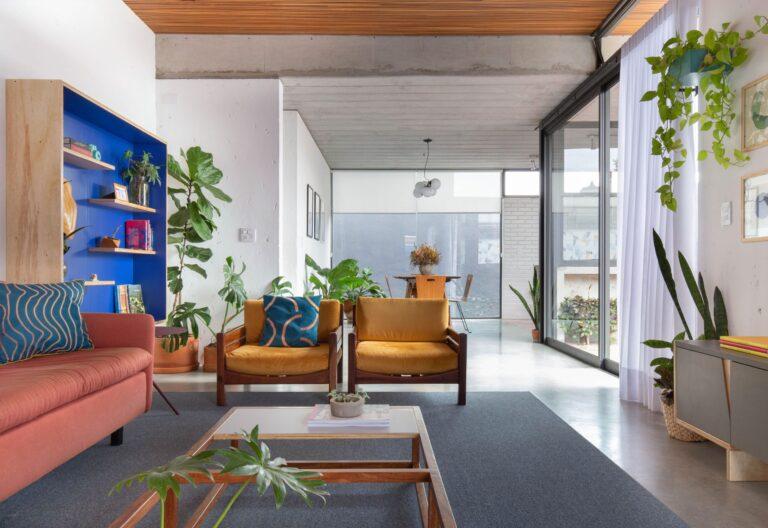 sala ampla com tapete cinza