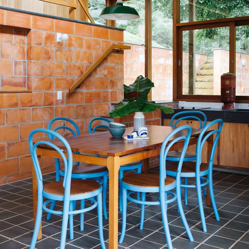 cozinha com cadeiras azuis