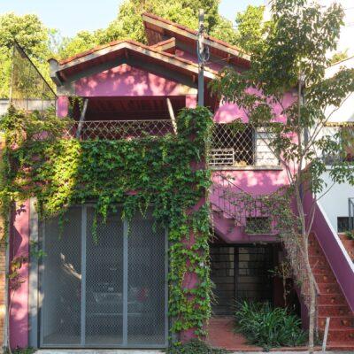 Casa antiga reformada com fachada colorida