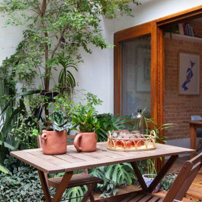 varanda com piso de deck de madeira