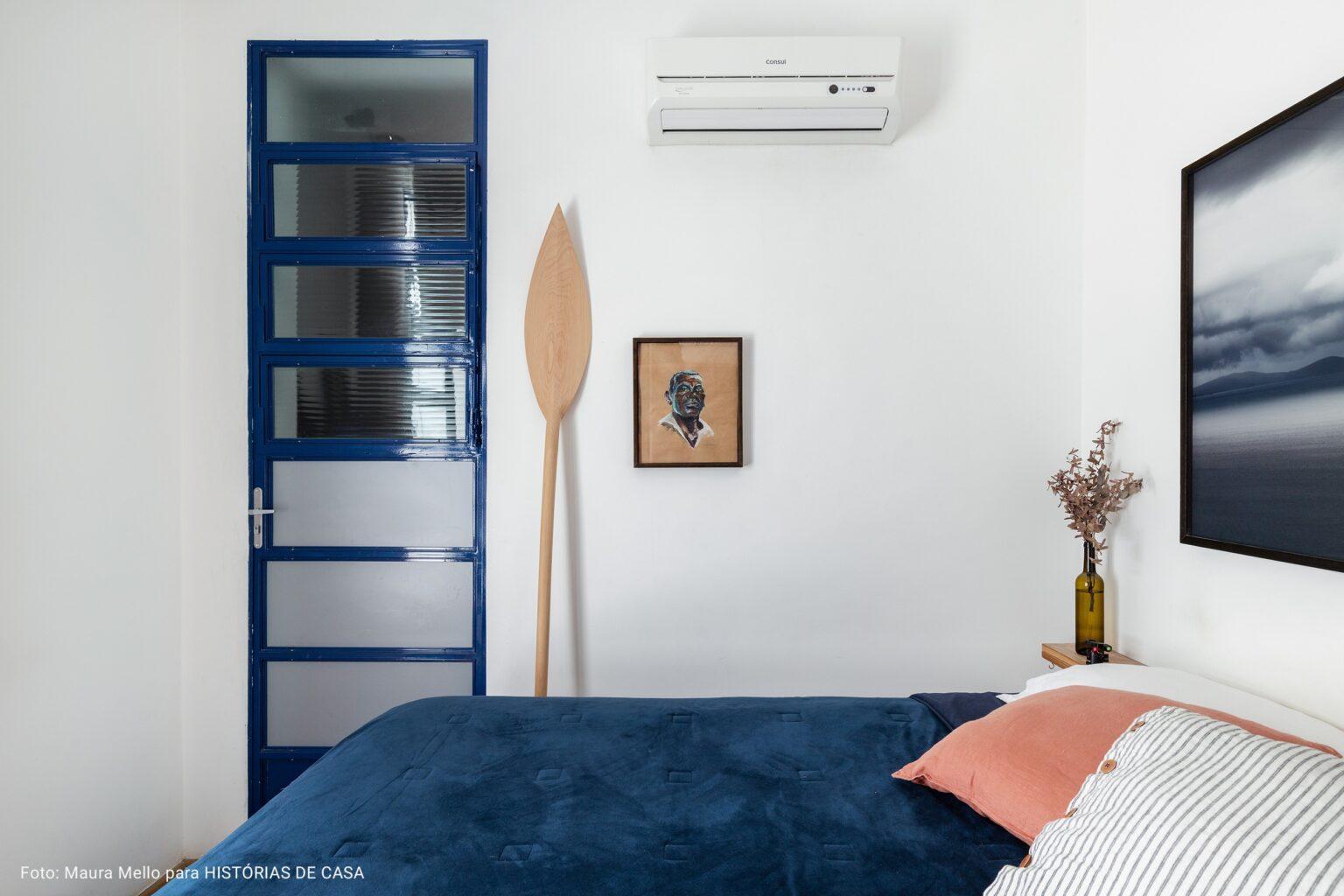 quarto com colcha azul marinho