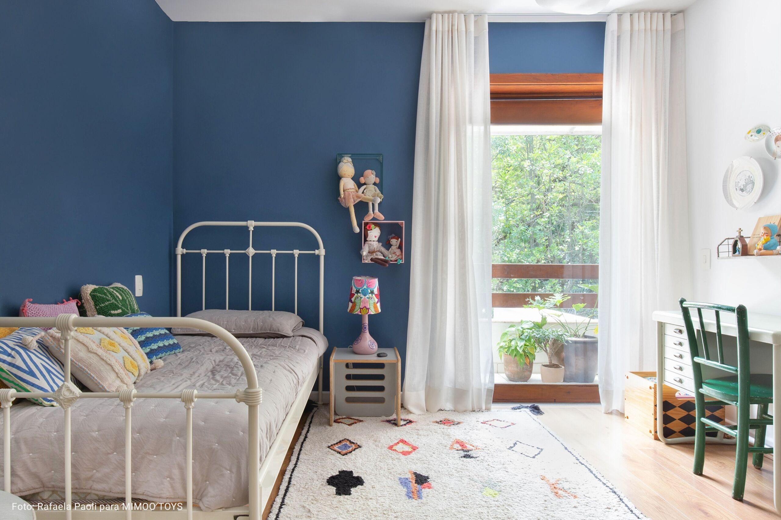 quarto de criança com cabeceira cinza