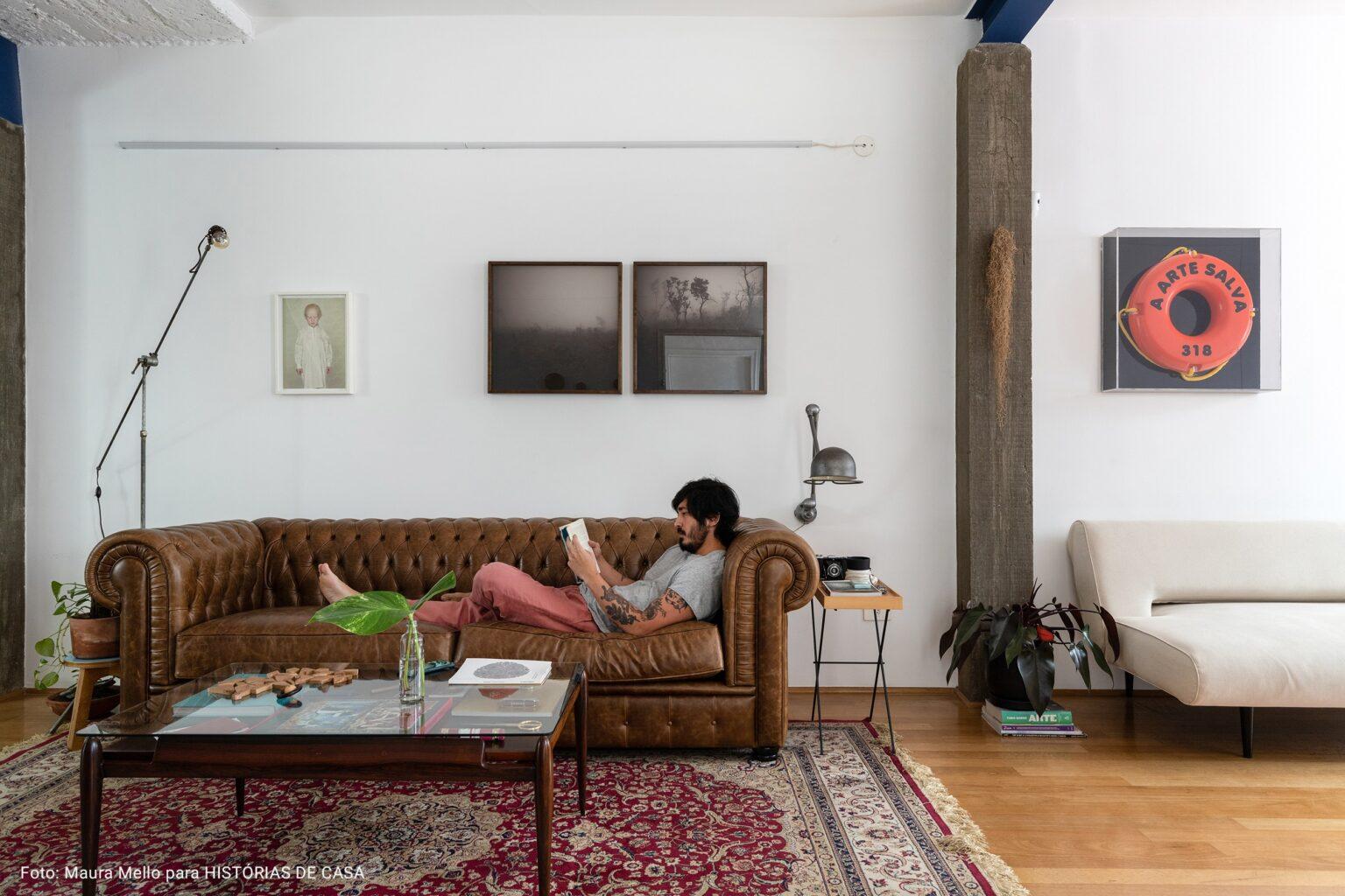 sala ampla com fotografias preta e branca
