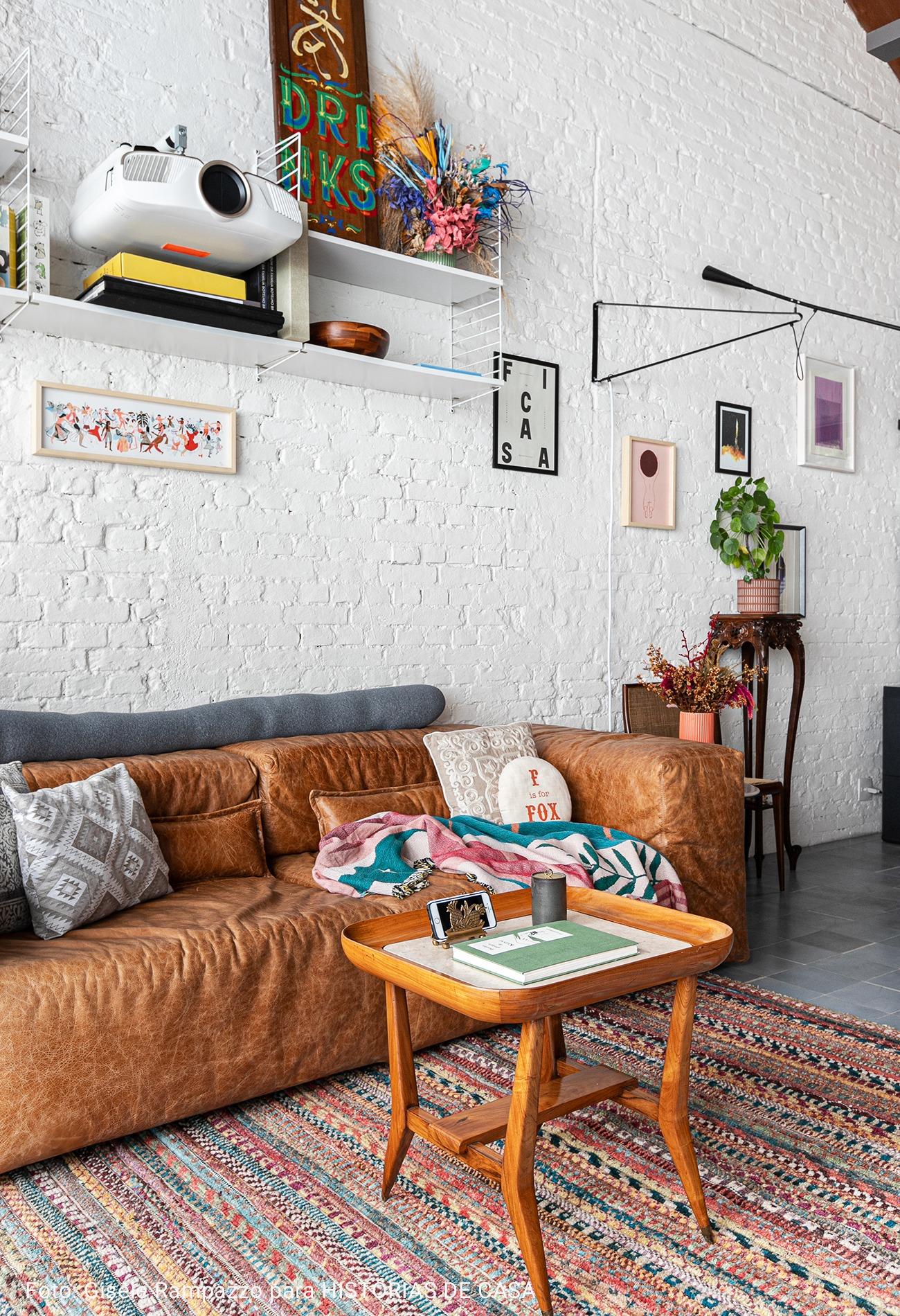 sofá de couro com cadeira