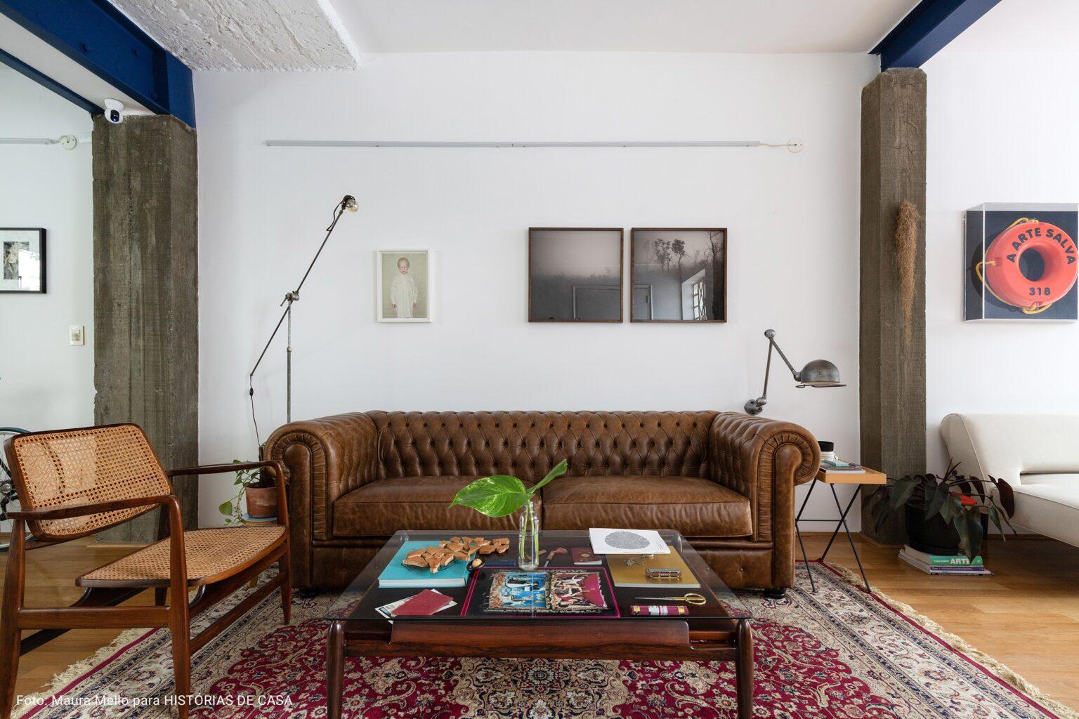 sala ampla com tapete persa