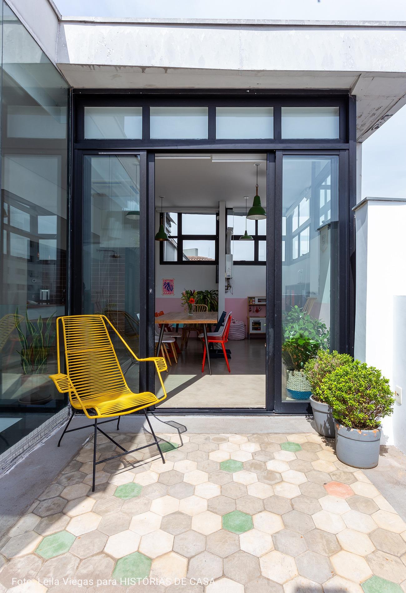 varanda com cadeira amarela