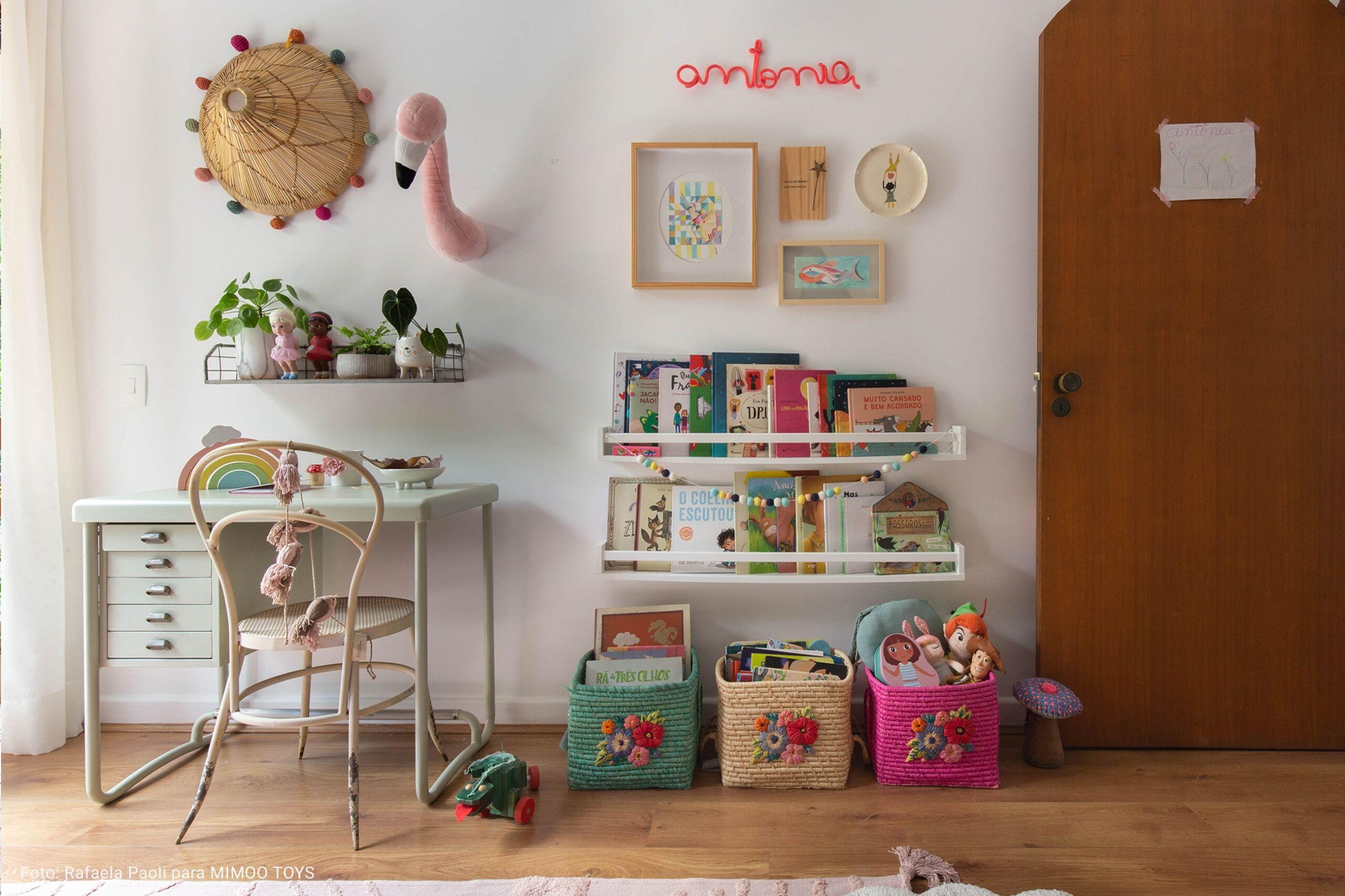 quarto infantil com caixas de palha