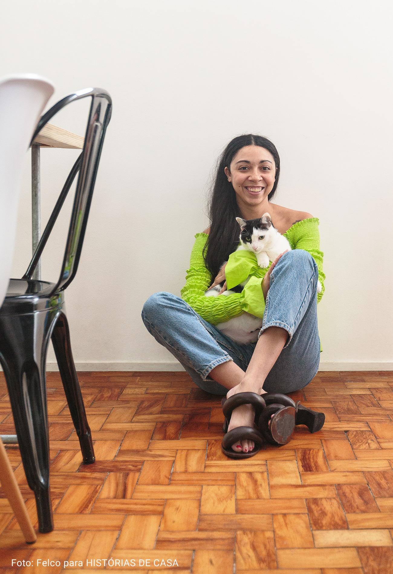 mulher sentada no chão com gato