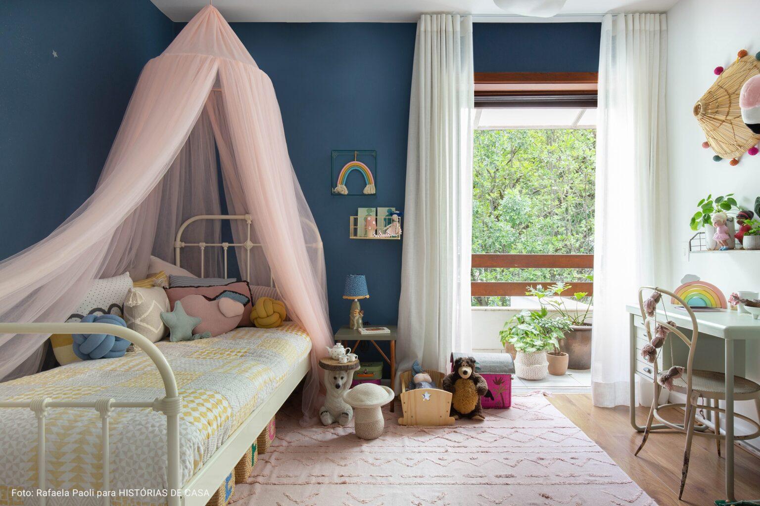 quarto de criança com cama de ferro