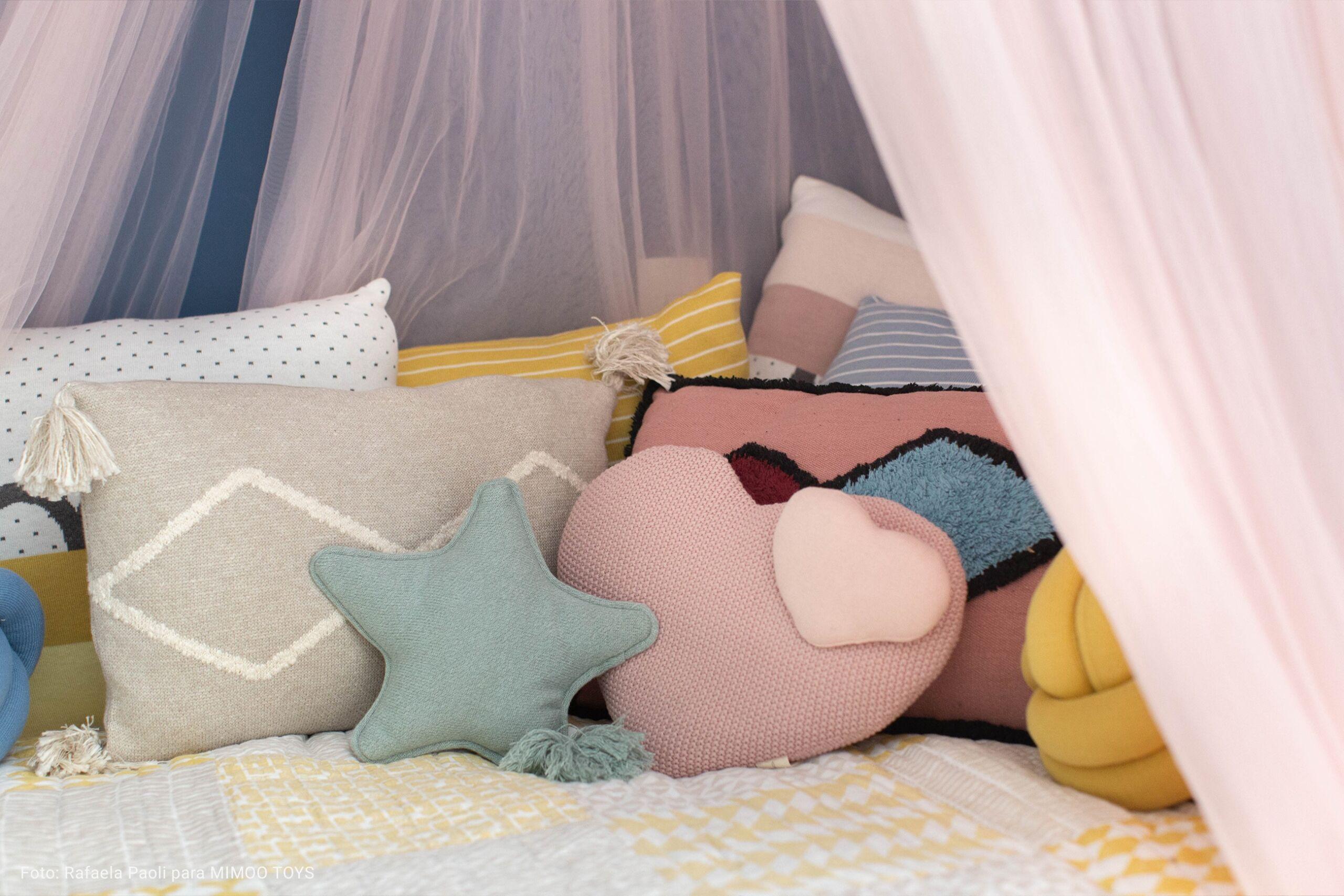 detalhe de cama infantil com colcha de retalhos