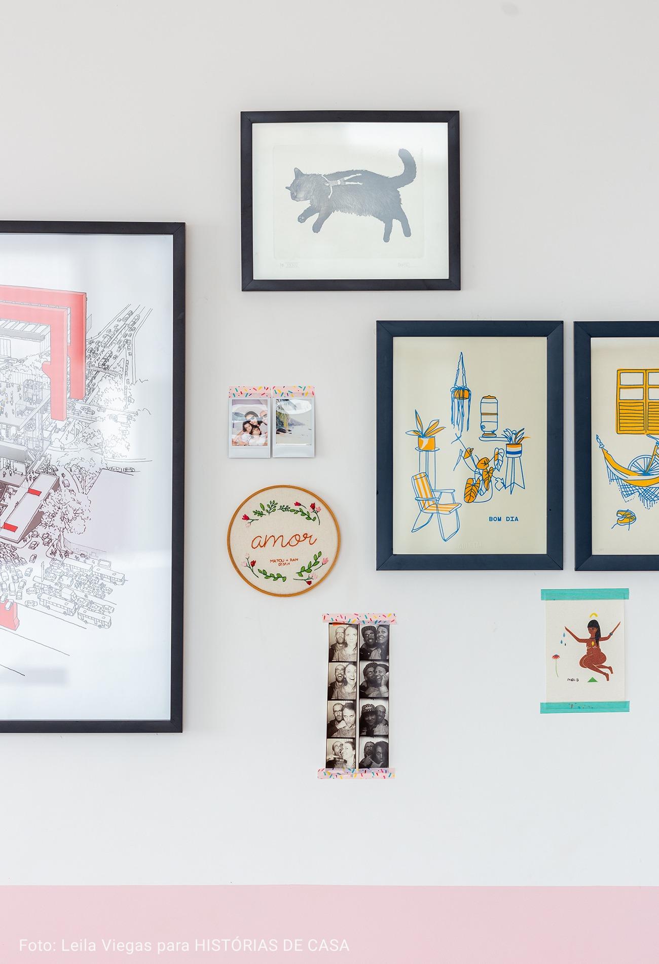 sala com quadros e bordados