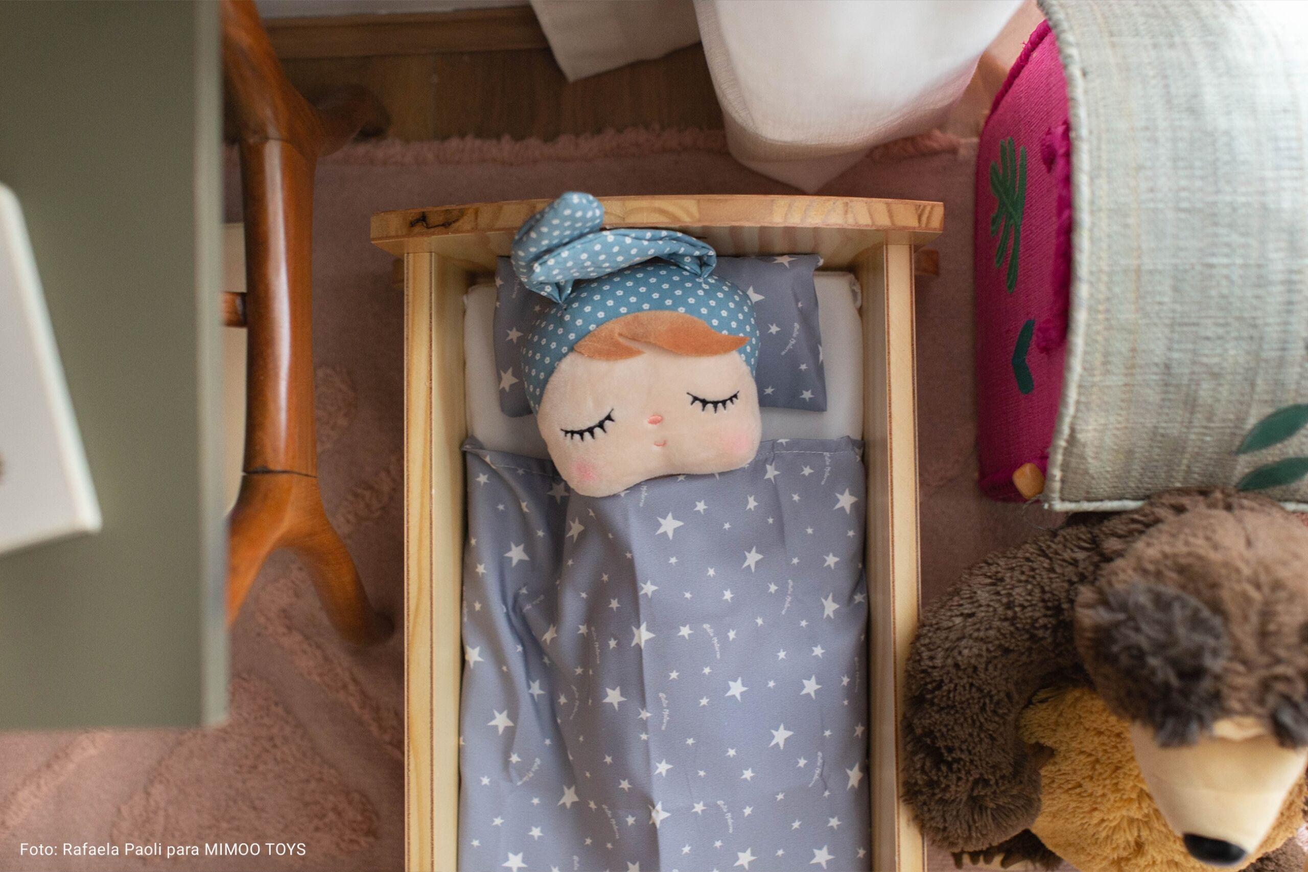 quarto infantil com boneca de pano
