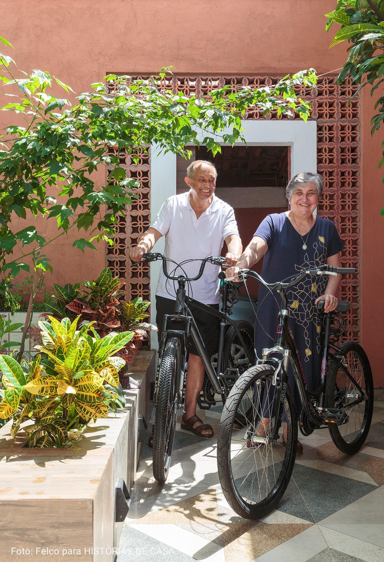 foto de idosos andando de bike em dia ensolarado