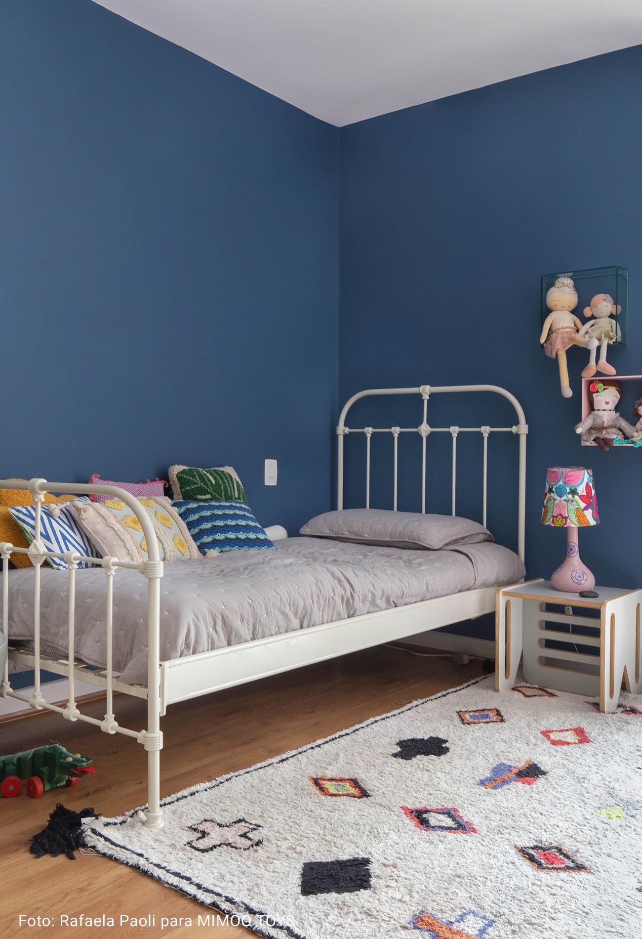 quarto infantil com parede azul marinho
